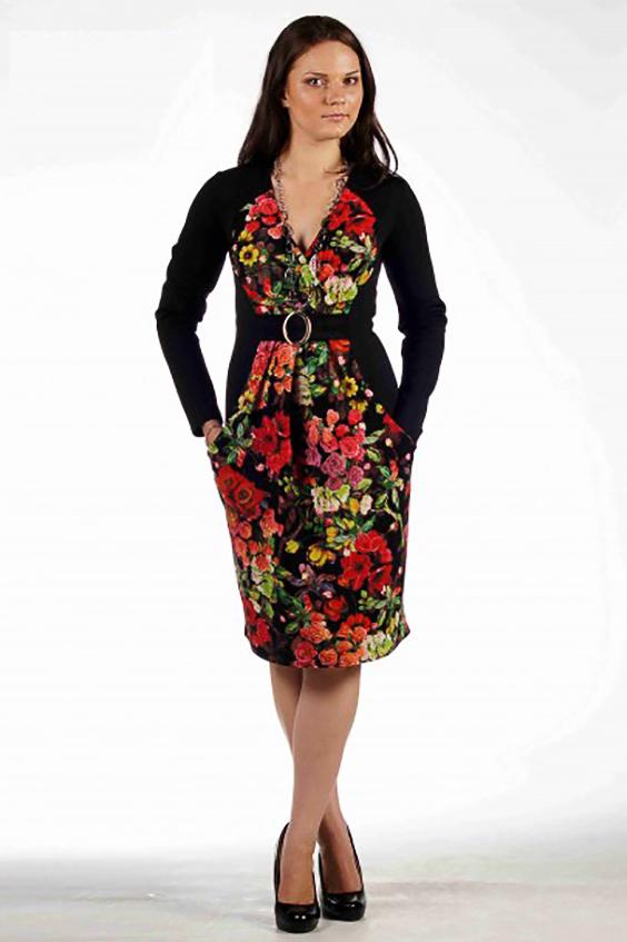ПлатьеПлатья<br>Эффектное платье из плотного трикотажа с привлекательным вырезом горловины на запах и практичными карманами в швах фигурных рельефов. Центральная фигурная вставка переда, выполненная из набивного трикотажа, своей формой рисует идеальные женские пропорции, подчеркивая грудь и тонкую талию. Отделочная вставка переда отрезная по талии и украшена поясом с пряжкой; юбка вставки со складками в области талии, что позволяет скрыть недостатки фигуры. Спинка однотонная, темная, с талиевыми вытачками и функциональным разрезом в среднем шве.   Длина изделия до 48 размера - 100 см., после 50 размера - 106 см.   Цвет: черный, красный, желтый, зеленый<br><br>Горловина: V- горловина<br>По длине: До колена<br>По материалу: Трикотаж<br>По рисунку: Растительные мотивы,С принтом,Цветные,Цветочные<br>По сезону: Весна,Осень,Зима<br>По стилю: Повседневный стиль<br>По форме: Платье - футляр<br>По элементам: С карманами,Со складками<br>Рукав: Длинный рукав<br>По силуэту: Приталенные<br>Размер : 46,48<br>Материал: Трикотаж<br>Количество в наличии: 5