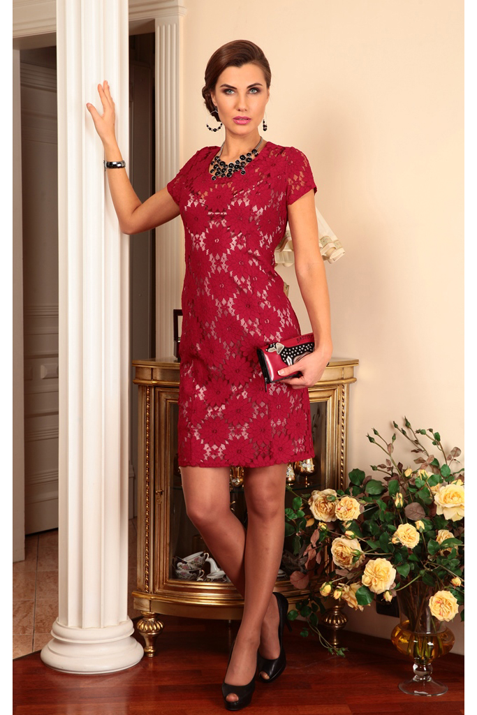 ПлатьеПлатья<br>Роскошное платье с короткими рукавами. Модель выполнена из гладкого атласа и кружева. Отличный выбор для любого случая.   Цвет: бордовый  Ростовка изделия 170 см.  Параметры (обхват груди; обхват талии; обхват бедер): 44 размер - 88; 66,4; 96 см 46 размер - 92; 70,6; 100 см 48 размер - 96; 74,2; 104 см 50 размер - 100; 90; 106 см 52 размер - 104; 94; 110 см 54-56 размер - 108-112; 98-102; 114-118 см 58-60 размер - 116-120; 106-110; 124-130 см<br><br>Горловина: С- горловина<br>По длине: До колена<br>По материалу: Атлас,Кружево<br>По рисунку: Однотонные<br>По сезону: Весна,Зима,Лето,Осень,Всесезон<br>По силуэту: Приталенные<br>По стилю: Нарядный стиль,Повседневный стиль,Вечерний стиль<br>По форме: Платье - футляр<br>По элементам: С подкладом,С разрезом<br>Разрез: Короткий<br>Рукав: Короткий рукав<br>Размер : 48,52<br>Материал: Атлас + Кружево<br>Количество в наличии: 2