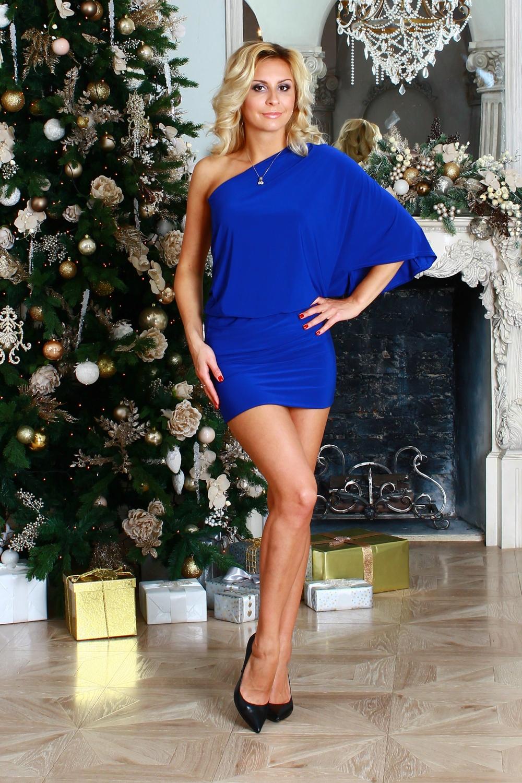 ПлатьеПлатья<br>Платье из легкого струящегося трикотажного полотна с ассимметричной линией плеча. Рукав цельнокроенный, по плечевому шву заложены три односторонние складки. Низ платья на широком двойном манжете. На линии талии резинка.  Длина изделия от 89 см до 95 см, в зависимости от размера.  Цвет: синий  Рост девушки-фотомодели 175 см<br><br>По длине: Мини<br>По материалу: Вискоза,Трикотаж<br>По образу: Свидание<br>По рисунку: Однотонные<br>По сезону: Весна,Зима,Лето,Осень,Всесезон<br>По силуэту: Обтягивающие<br>По стилю: Нарядный стиль<br>По форме: Платье - футляр<br>По элементам: С воланами и рюшами,С открытыми плечами<br>Рукав: Без рукавов,До локтя<br>Размер : 42,44,50<br>Материал: Холодное масло<br>Количество в наличии: 3