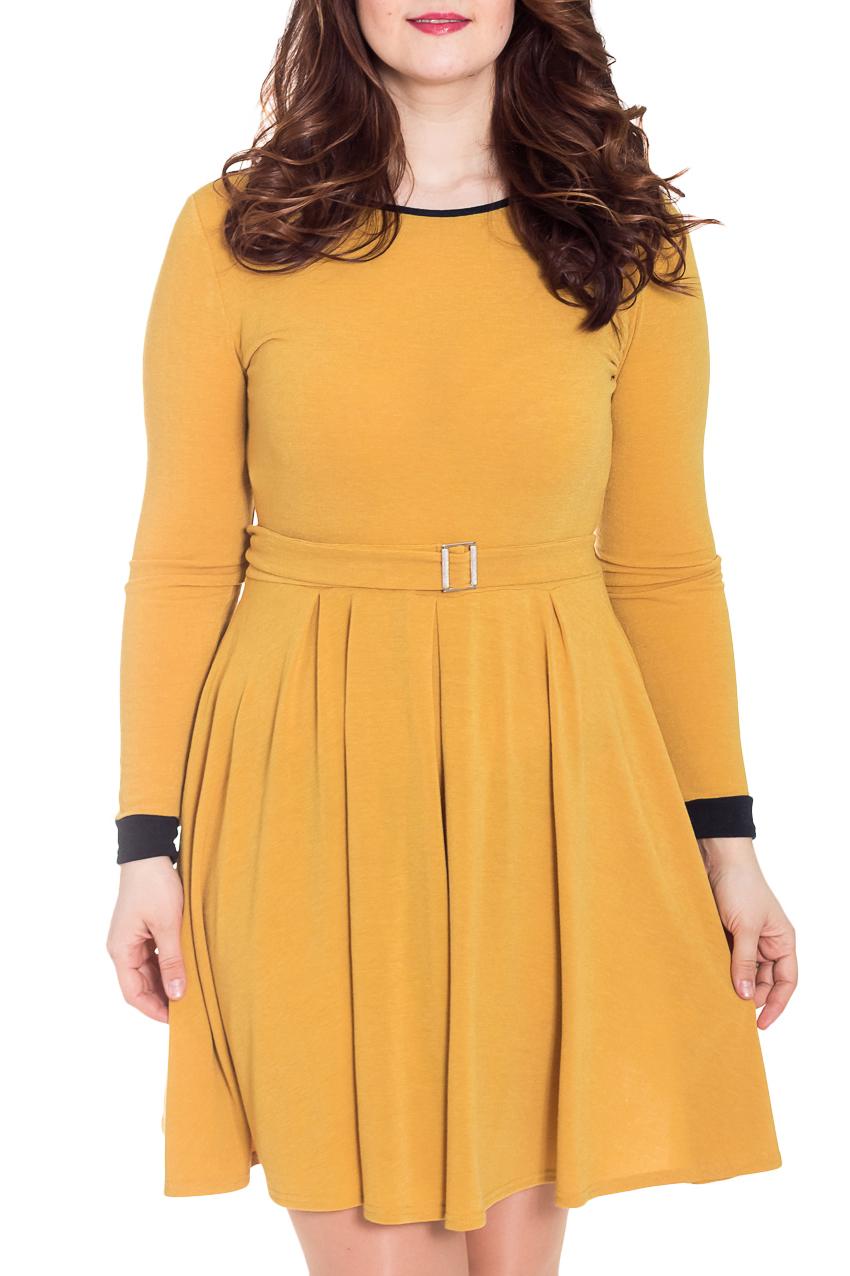 Платье - РоссияПлатья<br>Однотонное платье с закругленным вырезом горловины и длинными рукавами. Модель выполнена из приятного трикотажа. Отличный выбор для повседневного гардероба.  Цвет: желтый, черный  Рост девушки-фотомодели 180 см.<br><br>По образу: Город,Свидание<br>По стилю: Повседневный стиль<br>По материалу: Трикотаж<br>По рисунку: Однотонные<br>По сезону: Осень,Весна<br>По силуэту: Полуприталенные<br>По элементам: С манжетами<br>По форме: Платье - трапеция<br>По длине: До колена<br>Рукав: Длинный рукав<br>Горловина: С- горловина<br>Размер: 50<br>Материал: 95% полиэстер 5% спандекс<br>Количество в наличии: 1