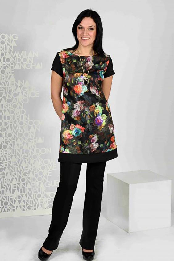 ПлатьеПлатья<br>Простое, но эффектное укороченное платье на трапецию из плотного  трикотажа. Внимание привлекает принт 3D - объемные розы на полочке.  Рукав втачной, короткий. По низу переда проходит отделочный подрез, обрамляющий всё платье в изящную рамку.  Платье можно носить как тунику.  Длина изделия до 48 размера - 89 см., после 50 размера - 94 см.   Цвет: черный, мультицвет<br><br>Горловина: С- горловина<br>По длине: Мини,До колена<br>По материалу: Трикотаж<br>По рисунку: Растительные мотивы,С принтом,Цветные,Цветочные<br>По сезону: Весна,Осень<br>По силуэту: Полуприталенные<br>По стилю: Повседневный стиль<br>По форме: Платье - трапеция<br>Рукав: Короткий рукав<br>Размер : 46,48,52<br>Материал: Трикотаж<br>Количество в наличии: 5