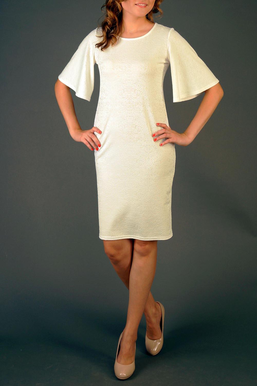 ПлатьеПлатья<br>Элегантное платье лаконичного дизайна приталенного силуэта с круглым вырезом горловины. Модель выполнена из комфортного трикотажного полотна с рельефным узором. Оригинальность изделию придает расклешенный ниспадающий рукав.   Цвет: молочный  Рост девушки-фотомодели 177 см<br><br>Горловина: С- горловина<br>По длине: До колена<br>По материалу: Жаккард<br>По стилю: Вечерний стиль,Нарядный стиль,Повседневный стиль,Романтический стиль<br>По рисунку: Однотонные<br>По сезону: Весна,Зима,Лето,Осень,Всесезон<br>По силуэту: Полуприталенные<br>Рукав: До локтя<br>Размер : 52-54,56-58<br>Материал: Жаккард<br>Количество в наличии: 2