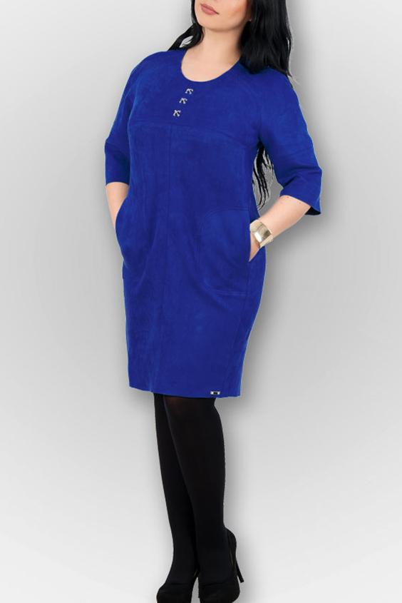 ПлатьеПлатья<br>Красивое платье полуприталенного силуэта. Модель выполнена из мягкой замши. Отличный выбор для любого случая.  В изделии использованы цвета: синий  Параметры размеров: 44 размер - обхват груди 84 см., обхват талии 72 см., обхват бедер 97 см. 46 размер - обхват груди 92 см., обхват талии 76 см., обхват бедер 100 см. 48 размер - обхват груди 96 см., обхват талии 80 см., обхват бедер 103 см. 50 размер - обхват груди 100 см., обхват талии 84 см., обхват бедер 106 см. 52 размер - обхват груди 104 см., обхват талии 88 см., обхват бедер 109 см. 54 размер - обхват груди 110 см., обхват талии 94,5 см., обхват бедер 114 см. 56 размер - обхват груди 116 см., обхват талии 101 см., обхват бедер 119 см. 58 размер - обхват груди 122 см., обхват талии 107,5 см., обхват бедер 124 см. 60 размер - обхват груди 128 см., обхват талии 114 см., обхват бедер 129 см.  Ростовка изделия 168 см.<br><br>Горловина: С- горловина<br>По длине: До колена<br>По материалу: Замша<br>По рисунку: Однотонные<br>По сезону: Зима,Осень,Весна<br>По силуэту: Полуприталенные<br>По стилю: Кэжуал,Офисный стиль,Повседневный стиль<br>Рукав: Рукав три четверти<br>Размер : 44,46,50<br>Материал: Искусственная замша<br>Количество в наличии: 5