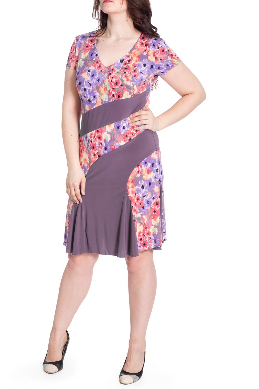 ПлатьеПлатья<br>Цветное платье с V-образной горловиной и короткими рукавами. Модель выполнена из приятного материала. Отличный выбор для любого случая.  В изделии использованы цвета: сиреневый, оранжевый и др.  Рост девушки-фотомодели 180 см<br><br>Горловина: V- горловина<br>По длине: До колена<br>По материалу: Вискоза,Трикотаж<br>По рисунку: Растительные мотивы,С принтом,Цветные,Цветочные<br>По силуэту: Приталенные<br>По стилю: Повседневный стиль<br>По форме: Платье - трапеция<br>Рукав: Короткий рукав<br>По сезону: Лето<br>Размер : 50,52,54,56,58<br>Материал: Холодное масло<br>Количество в наличии: 5