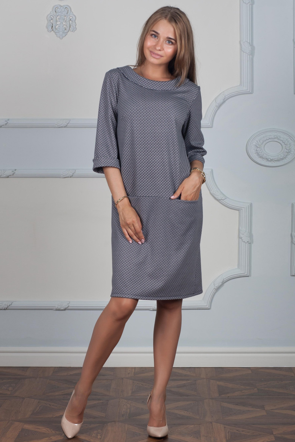 ПлатьеПлатья<br>Нарядное платье прямого силуэта с гипюровой вставкой на спинке.  Длина изделия: 42-44 размеры - 95 см, 46-48 размеры - 98 см,  50-52 размера - 106 см, 54-56 размеры - 110 см.  Цвет: серый  Ростовка изделия 170 см.<br><br>Воротник: Отложной<br>По длине: До колена<br>По материалу: Вискоза,Гипюр,Трикотаж<br>По рисунку: С принтом<br>По силуэту: Прямые<br>По стилю: Нарядный стиль,Повседневный стиль<br>По элементам: С карманами<br>Рукав: Рукав три четверти<br>По сезону: Осень,Весна,Зима<br>Размер : 42<br>Материал: Джерси<br>Количество в наличии: 1