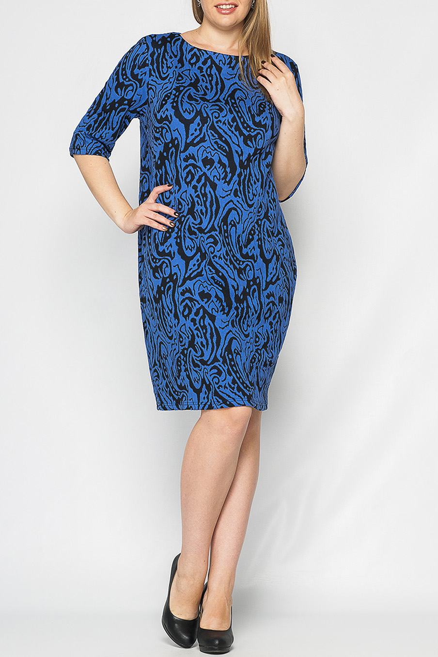 ПлатьеПлатья<br>Платье женское из трикотажа, О-образного силуэта. Рукав втачной, до локтя. Горловина круглая, обработана обтачкой.   Параметры изделия:  для 46 размера: обхват груди - 98 см. обхват по линии бедер - 106 см. длина изделия - 92,5 см.  для 50 размера: обхват груди - 106 см. обхват по линии бедер - 114 см. длина изделия - 94 см.  Рост девушки-фотомодели 170 см  Цвет: синий, черный<br><br>Горловина: С- горловина<br>По длине: До колена<br>По материалу: Трикотаж<br>По рисунку: С принтом,Цветные<br>По силуэту: Свободные<br>По стилю: Повседневный стиль<br>Рукав: До локтя<br>По сезону: Осень,Весна,Зима<br>Размер : 42,44,46<br>Материал: Трикотаж<br>Количество в наличии: 3