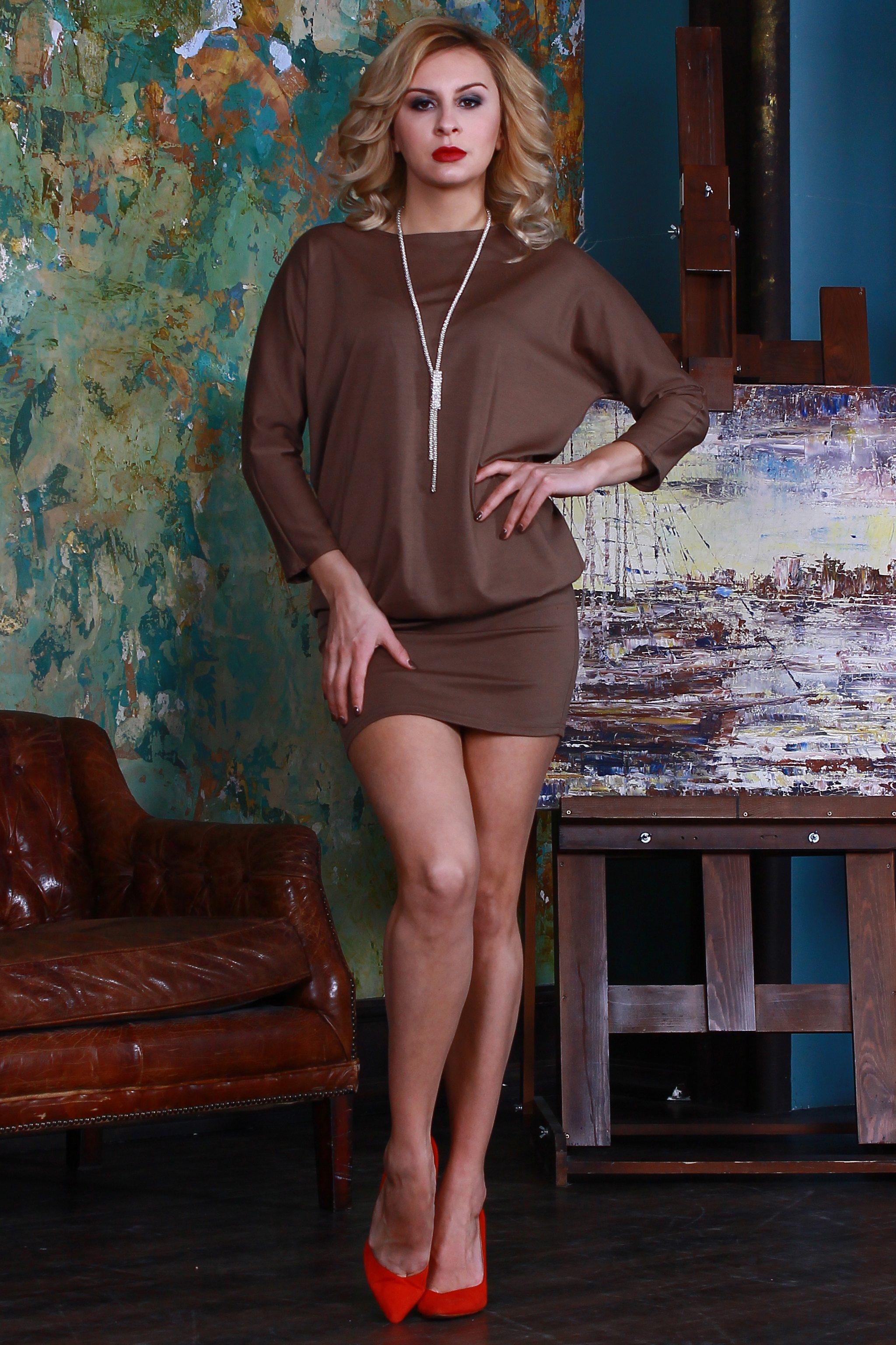 ПлатьеПлатья<br>Платье из плотного джерси. Верх платья свободного силуэта с цельнокроенными рукавами, нижняя часть (отрезная по линии бедер) плотно облегает фигуру.   Длина изделия от 94 см до 108 см, в зависимости от размера.  Цвет: коричневый  Рост девушки-фотомодели 175 см<br><br>Горловина: С- горловина<br>По длине: До колена<br>По материалу: Трикотаж<br>По рисунку: Однотонные<br>По силуэту: Полуприталенные<br>По стилю: Повседневный стиль<br>По форме: Платье - футляр<br>Рукав: Рукав три четверти<br>По сезону: Осень,Весна,Зима<br>Размер : 46<br>Материал: Джерси<br>Количество в наличии: 1