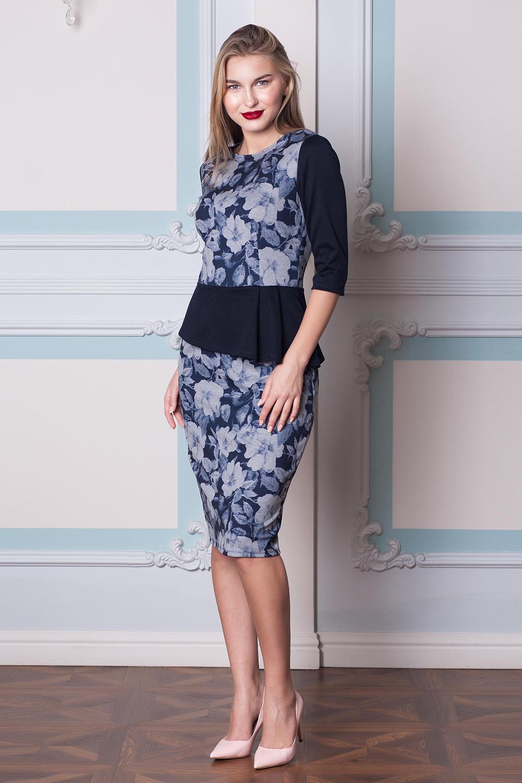 ПлатьеПлатья<br>Цветное платье с баской приталенного силуэта. Модель выполнена из плотного трикотажа. Отличный выбор для любого случая.  В изделии использованы цвета: синий, серый  Длина изделияпо спинке:  42 размер - 107 см,  44 размер - 108 см,  46 размер - 109 см,  48 размер - 110 см,  50 размер - 111 см,  52 размер - 112 см,  54 размер - 113 см.  Длина юбки от талии 70 см.  Ростовка изделия 170 см.<br><br>Горловина: С- горловина<br>По длине: Ниже колена<br>По материалу: Вискоза,Трикотаж<br>По рисунку: Растительные мотивы,С принтом,Цветные,Цветочные<br>По сезону: Зима,Осень,Весна<br>По силуэту: Приталенные<br>По стилю: Повседневный стиль<br>По форме: Платье - футляр<br>По элементам: С баской<br>Разрез: Короткий,Шлица<br>Рукав: Рукав три четверти<br>Размер : 42,44,46,48,54<br>Материал: Трикотаж<br>Количество в наличии: 5