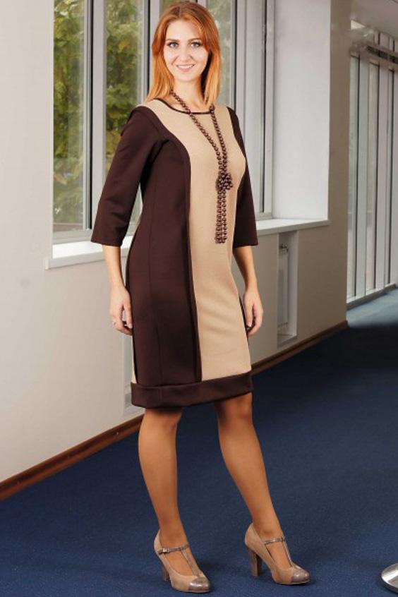 ПлатьеПлатья<br>Это эффектное платье станет любимой вещью для многих современных женщин. Удачное сочетание в этой модели двух цветов (темного и светлого) зрительно вытягивает женский силуэт и делает его стройнее. А его прямой крой идеально скрывает возможные изъяны в фигуре и открывает красоту и изящность женских ручек и ножек. Такая модель станет отличным повседневным нарядом, а также будет уместной при посещении различных официальных и праздничных мероприятий.    Платье прямого силуэта из плотного трикотажа. Перед с продольными смещенными от центра груди рельефами из плечевого шва; с нагрудной вытачкой из шва рельефа. Спинка аналогично переду: с продольными рельефами из плечевого шва. Горловина округлая, обработана бейкой из основного материала. Рукава втачные, длиной 3/4.  В швы рельефов вставлена узкая отделочная деталь. Низ платья обработан широкой двойной манжетой.  Длина изделия - 93 см  Цвет: коричневый, бежевый  Ростовка изделия 170 см.<br><br>Горловина: С- горловина<br>По длине: До колена<br>По материалу: Трикотаж<br>По рисунку: Цветные<br>По силуэту: Полуприталенные<br>По стилю: Офисный стиль,Повседневный стиль<br>По форме: Платье - футляр<br>По элементам: С манжетами<br>Рукав: Рукав три четверти<br>По сезону: Осень,Весна,Зима<br>Размер : 50,52<br>Материал: Трикотаж<br>Количество в наличии: 3
