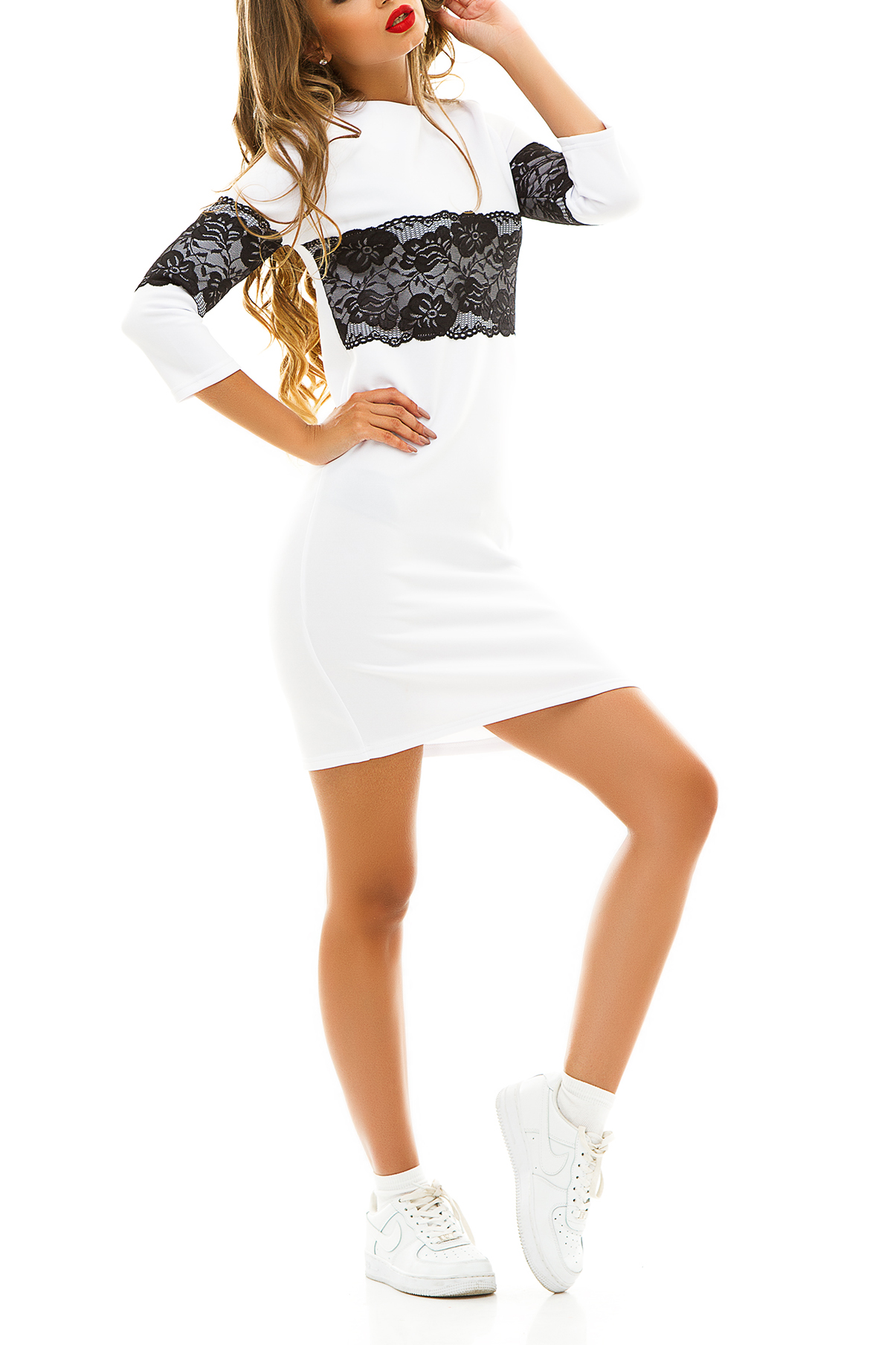 ПлатьеПлатья<br>Демисезонное платье, украшенное широкой кружевной вставкой контрастного цвета идеально подойдет для молодой девушки, которая ценит гармоничное соединение модных тенденций и комфорта. Широкое кружево на груди и рукавах зрительно увеличивает грудь и уменьшает талию. Особым преимуществом этой модели можно считать универсальность.  Цвет: молочный с черным кружевом.  Ростовка изделия 170 см<br><br>Горловина: Лодочка<br>По длине: До колена<br>По материалу: Гипюр,Трикотаж<br>По рисунку: Цветные<br>По силуэту: Полуприталенные<br>По стилю: Молодежный стиль,Повседневный стиль<br>По форме: Платье - футляр<br>По элементам: С декором<br>Рукав: Рукав три четверти<br>По сезону: Осень,Весна,Зима<br>Размер : 42-44<br>Материал: Трикотаж + Гипюр<br>Количество в наличии: 1