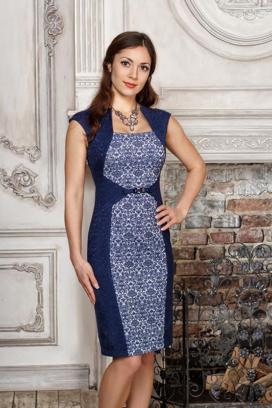ПлатьеПлатья<br>Коктейльное платье-футляр с контрастной центральной вставкой. Выполнено из роскошного жаккарда. Талия подчёркнута треугольными вставками и пояском с пряжкой. Эффектный фигурный вырез горловины. Сзади застёгивается на молнию, имеется шлица.  Длина по спинке 92,5 см.  Цвет: синий, голубой  Рост девушки-фотомодели 166 см.<br><br>Горловина: Квадратная горловина<br>По длине: До колена<br>По материалу: Жаккард,Хлопок<br>По рисунку: Цветные<br>По сезону: Весна,Зима,Лето,Осень,Всесезон<br>По силуэту: Полуприталенные<br>По стилю: Нарядный стиль,Повседневный стиль<br>По форме: Платье - футляр<br>По элементам: С декором<br>Рукав: Без рукавов<br>Размер : 42,44,46,52<br>Материал: Жаккард<br>Количество в наличии: 9
