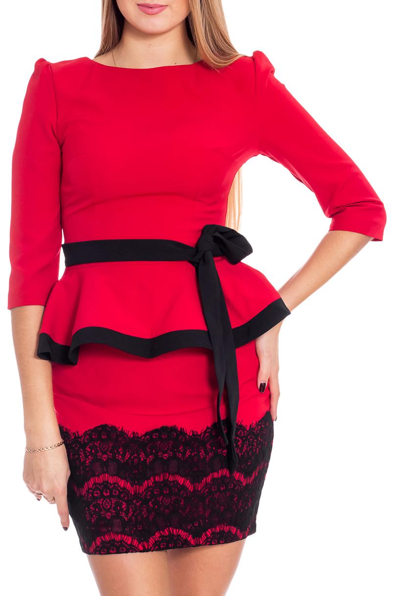 ПлатьеПлатья<br>Эффектное платье приталенного силуэта с баской и рукавами 3/4. Модель выполнена из приятного материала. Отличный выбор для любого случая. Платье без пояса.  В изделии использованы цвета: красный, черный  Рост девушки-фотомодели 170 см<br><br>Горловина: С- горловина<br>По длине: До колена<br>По материалу: Тканевые<br>По рисунку: Цветные<br>По сезону: Весна,Осень,Всесезон<br>По силуэту: Приталенные<br>По стилю: Нарядный стиль<br>По форме: Платье - футляр<br>По элементам: С баской,С разрезом,С декором<br>Разрез: Шлица<br>Рукав: Рукав три четверти<br>Размер : 42<br>Материал: Плательная ткань<br>Количество в наличии: 1