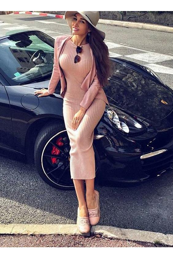 ПлатьеПлатья<br>Трикотажное платье из турецкой ангоры высокого качества с узором «рубчик» подойдёт для стройных девушек большого роста и молодых женщин с безупречной фигурой. Наличие стрейча в трикотажном полотне модели поможет подчеркнуть все её достоинства, создать образ молодости, красоты, притягательный и манящий в своей сексапильности. Пастельные тона бежевого оттенка придадут ему нежности и трогательности. Длина модели – миди. Платье из ангоры: согревает своим теплом; является мягким и приятным на ощупь; позволяет телу «дышать». Классическое деловое платье из тёплой ангоры годится для повседневной носки. Стильно и элегантно смотрится с коротким жакетом и аксессуарами в тон. Завершающим штрихом могут стать классические туфли-лодочки на высоком каблуке. Возможен и необычный вариант – комбинация делового и спортивного стилей. При этом будут уместны кроссовки или мокасины.   В изделии использованы цвета: бежевый  Рост девушки-фотомодели 170 см.<br><br>Горловина: С- горловина<br>По длине: Ниже колена<br>По материалу: Трикотаж<br>По рисунку: Однотонные<br>По силуэту: Приталенные<br>По стилю: Кэжуал,Повседневный стиль<br>Рукав: Без рукавов<br>По сезону: Осень,Весна<br>Размер : 42,46<br>Материал: Трикотаж<br>Количество в наличии: 2