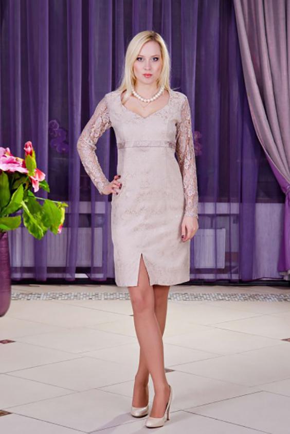 ПлатьеПлатья<br>Вечернее платье футляр с фигурным вырезом из хлопка жаккард, рукава выполнены из кружевного гипюра. Модель отрезная под грудь, что делает силуэт стройнее.  Цвет: бежевый.  Параметры изделия: Длина на 46 - 48 размеры - 100 см Длина на 50 - 56 размеры - 106 см 54 размер обхват груди 106 см.<br><br>По длине: До колена<br>По материалу: Жаккард<br>По рисунку: Однотонные<br>По сезону: Весна,Всесезон,Зима,Лето,Осень<br>По силуэту: Приталенные<br>По стилю: Нарядный стиль<br>По форме: Платье - футляр<br>По элементам: С разрезом<br>Разрез: Короткий<br>Рукав: Длинный рукав<br>Горловина: Фигурная горловина<br>Размер : 46,52,54<br>Материал: Жаккард<br>Количество в наличии: 4