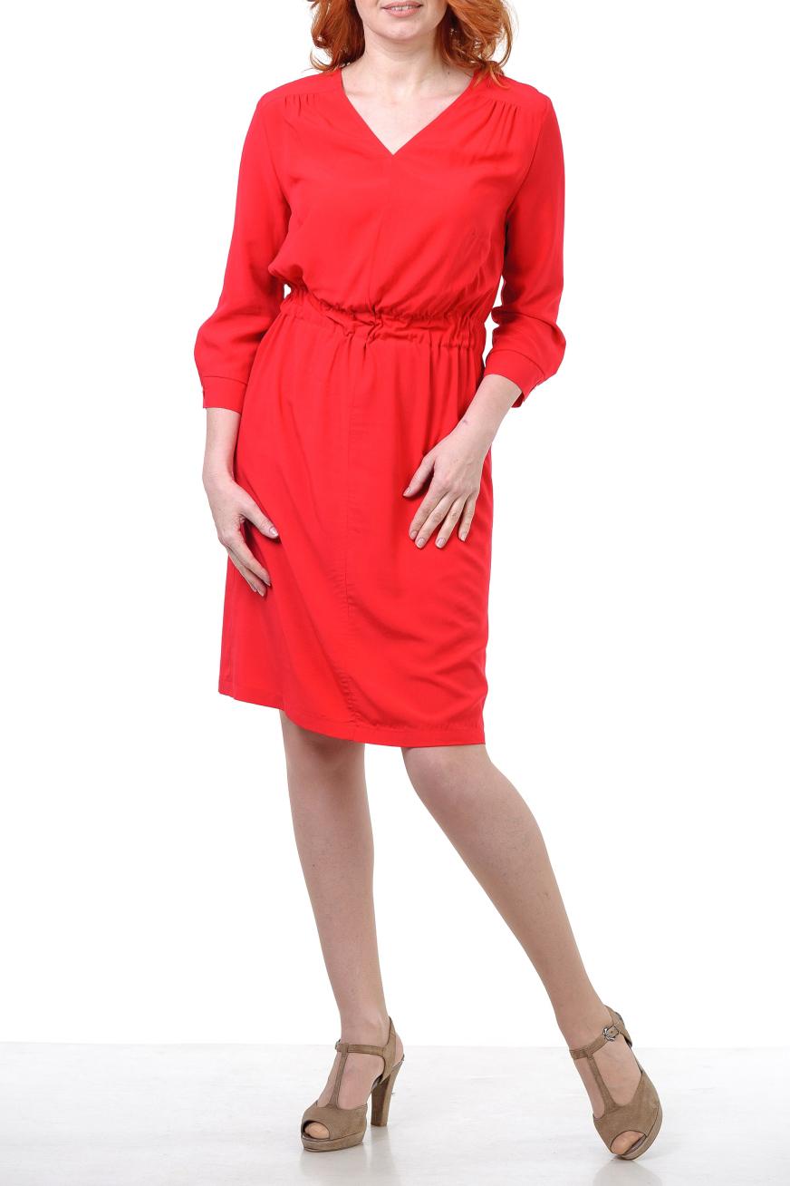 ПлатьеПлатья<br>Платье полуприлегающего силуэта, на маленькой кокетке, впереди и сзади со сборками, талия на резинке, вырез небольшой V- образный, впереди шов. Рукав 3/4 на манжете. Платье из тонкой мягкой вискозы ярко красного цвета.  Цвет: красный   Параметры изделия 42 размера:  Обхват груди: 88 см. Обхват талии: 70 см. Обхват бедер: 96 см. Обхват под грудью: 86,2 см. Длина рукава: 47,5 см. Длина изделия по спинке: 99 см.  Параметры изделия 46 размера:  Обхват груди: 92 см. Обхват талии: 73 см. Обхват бедер: 100 см. Обхват под грудью: 89,2 см. Длина рукава: 48,5 см. Длина изделия по спинке: 99,5 см.  Параметры изделия 48 размера:  Обхват груди: 96 см. Обхват талии: 76 см. Обхват бедер: 104 см. Обхват под грудью: 90,2 см. Длина рукава: 49 см. Длина изделия по спинке: 100 см.  Рост девушки фото-модели 178 см<br><br>Горловина: V- горловина<br>По длине: До колена<br>По материалу: Вискоза<br>По рисунку: Однотонные<br>По силуэту: Полуприталенные<br>По стилю: Нарядный стиль<br>По элементам: С манжетами<br>Рукав: Рукав три четверти<br>По сезону: Осень,Весна<br>По форме: Платье - футляр<br>Размер : 42<br>Материал: Вискоза<br>Количество в наличии: 1