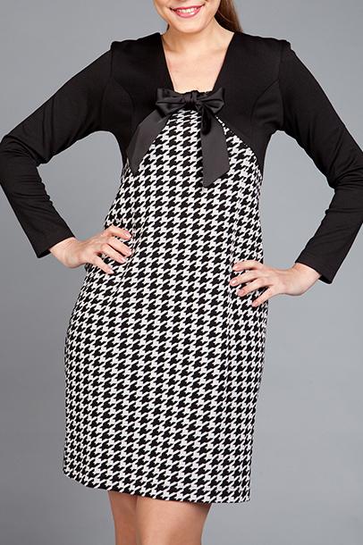 ПлатьеПлатья<br>Ткань с расцветкой «гусиная лапка», из которой выполнено это трикотажное платье полуприлегающего силуэта, сразу настраивает на серьезный офисный лад. Впрочем, лиф глубокого черного цвета, создающий имитацию болеро, и кокетливый атласный бантик ни в коей мере не позволят считать эту модель скучной и банальной.  Цвет: черный, белый  Ростовка изделия 170 см.<br><br>По длине: До колена<br>По материалу: Трикотаж<br>По образу: Город,Свидание<br>По рисунку: С принтом,Цветные<br>По сезону: Весна,Осень,Зима<br>По стилю: Повседневный стиль<br>По форме: Платье - футляр<br>Рукав: Длинный рукав<br>По силуэту: Приталенные<br>Размер : 44,46<br>Материал: Трикотаж<br>Количество в наличии: 2