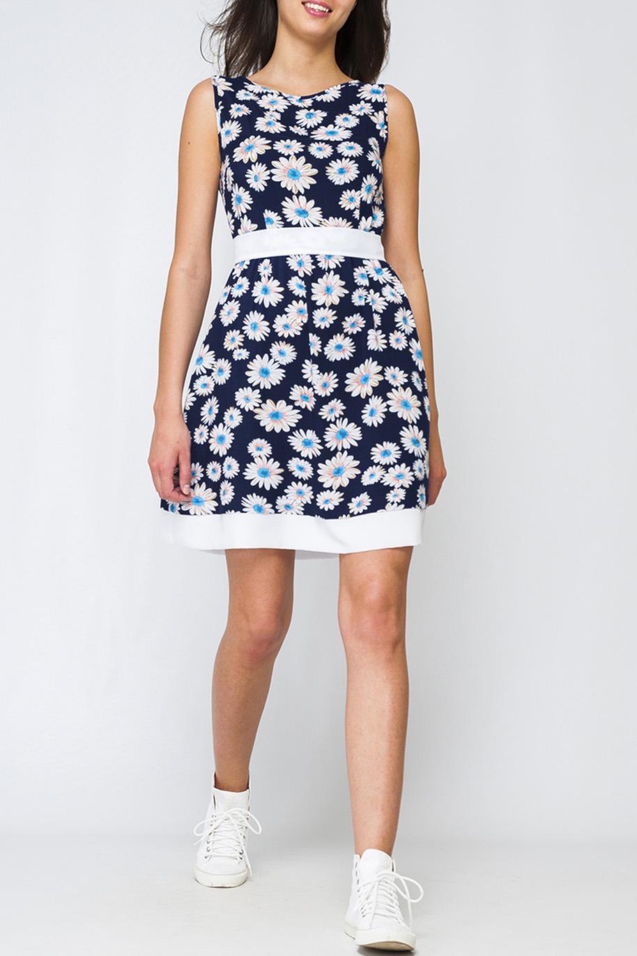ПлатьеПлатья<br>Стильное женское платье из хлопка, по низу изделие украшено широкой белой лентой, на талии сделан роскошный бант, который завязывается на спинке. Контраст принта и основного фона платья, делает его более интересным и привлечет к вам внимание.  Параметры изделия:  44 размера: обхват груди - 96 см. обхват по линии бедер - 119 см. длина по спинке - 93 см.  48 размер: обхват груди - 104 см. обхват по линии бедер - 127 см. длина по спинке - 95 см.  Цвет: синий, белый, голубой  Рост девушки-фотомодели 170 см<br><br>Горловина: С- горловина<br>По длине: До колена<br>По материалу: Хлопок<br>По образу: Город,Свидание<br>По рисунку: Растительные мотивы,С принтом,Цветные,Цветочные<br>По силуэту: Приталенные<br>По стилю: Повседневный стиль<br>По форме: Платье - трапеция<br>Рукав: Без рукавов<br>По сезону: Лето<br>Размер : 40,42,44,46,48<br>Материал: Хлопок<br>Количество в наличии: 3