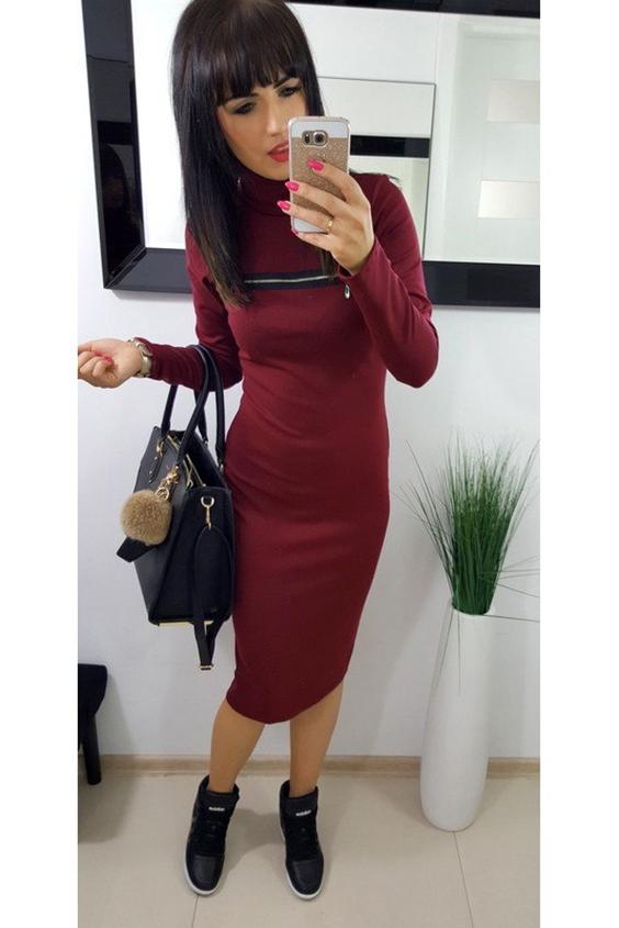 ПлатьеПлатья<br>Приталенное женское платье средней длины выгодно подчеркнет все достоинства фигуры. Модель сшита из французского трикотажа, отличающийся от обычного специфичным плетением нитей. Благодаря, которым вещь становится более устойчивой к растяжениям, деформациям и сминанию. Модель с длинными рукавами и имеет длину миди. У платья высокий воротничок. На лицевой стороне по центру вверху пристрочена длинная, горизонтальная молния, добавляющая особенную интригу к образу прекрасной обладательницы. Цвет молнии - серебристый. Классическое платье носит деловой характер. Отлично подойдет для важных встреч, также возможно одеть в будние дни на работу. С платьем сочетаются сникерсы, предпочтительнее черного цвета.    В изделии использованы цвета: бордовый  Рост девушки-фотомодели 170 см.<br><br>Воротник: Стойка<br>По длине: Ниже колена<br>По материалу: Трикотаж<br>По рисунку: Однотонные<br>По сезону: Зима,Осень,Весна<br>По силуэту: Приталенные<br>По стилю: Кэжуал,Повседневный стиль<br>По элементам: С декором<br>Рукав: Длинный рукав<br>Размер : 42,44<br>Материал: Трикотаж<br>Количество в наличии: 2