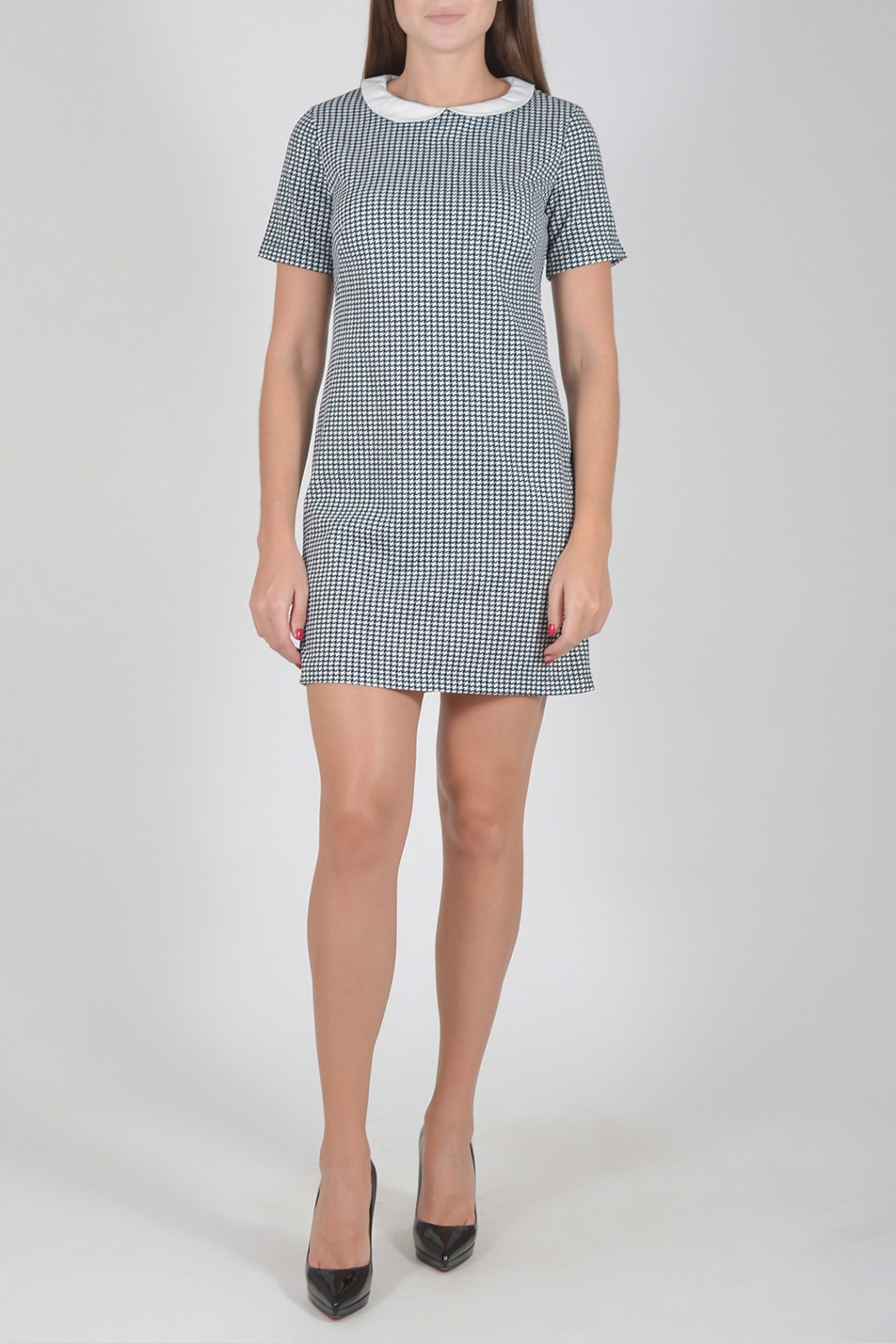 ПлатьеПлатья<br>Цветное платье с контрастным воротничком и короткими рукавами. Модель выполнена из мягкой вискозы. Отличный выбор для повседневного гардероба.  Длина изделия по спинке до 48 размера - 85 см., от 48 размера - 93 см.  В изделии использованы цвета: темно-синий, белый  Рост девушки-фотомодели 170 см.  Параметры размеров: 42 размер - обхват груди 84 см., обхват талии 66 см., обхват бедер 92 см. 44 размер - обхват груди 88 см., обхват талии 70 см., обхват бедер 96 см. 46 размер - обхват груди 92 см., обхват талии 74 см., обхват бедер 100 см. 48 размер - обхват груди 96 см., обхват талии 78 см., обхват бедер 104 см. 50 размер - обхват груди 100 см., обхват талии 82 см., обхват бедер 108 см. 52 размер - обхват груди 104 см., обхват талии 86 см., обхват бедер 112 см. 54 размер - обхват груди 108 см., обхват талии 91 см., обхват бедер 116 см. 56 размер - обхват груди 112 см., обхват талии 95 см., обхват бедер 120 см. 58 размер - обхват груди 116 см., обхват талии 100 см., обхват бедер 124 см. 60 размер - обхват груди 120 см., обхват талии 105 см., обхват бедер 128 см.<br><br>Воротник: Отложной<br>Горловина: С- горловина<br>По длине: До колена<br>По материалу: Вискоза<br>По рисунку: С принтом,Цветные<br>По силуэту: Полуприталенные<br>По стилю: Повседневный стиль<br>По форме: Платье - футляр<br>Рукав: Короткий рукав<br>По сезону: Осень,Весна<br>Размер : 44,46,48,50,52<br>Материал: Трикотаж<br>Количество в наличии: 10