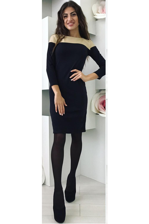 ПлатьеПлатья<br>Модель в спортивном стиле для девушек и молодых женщин. Черное, свободно облегающее фигуру платье с узким рукавом 3/4. Выкат небольшой, слегка открывающий шею, в форме лодочки. Длина – мини. Украшением платья стала кокетка из эко-кожи. Она расположена по переду платья от выката и плечевых швов до линии груди. Кожей отделана и верхняя часть оката рукава. Ткани, из которых пошито платье, созданы по новым технологиям. Французский трикотаж хорошо зарекомендовал себя в пошиве женской одежды. Платья из него не мнутся, хорошо стираются, превосходно сидят на фигуре. Одно из главных достоинств этого трикотажа – он приятен на ощупь, женщины в нем чувствуют себя особенно комфортно. Эко-кожа – современный материал нового поколения, который пропускает воздух, хорошо носится, при этом выглядит как натуральная кожа. Он хорошо стирается и нисколько не теряет своих качеств при длительной носке. Такое платье из трикотажа прекрасно вписывается в любую обстановку. В нем можно ходить на работу или учебу, комфортно чувствовать себя на прогулке или в кафе. Простой крой и минимальная отделка создают стильный современный имидж. Подобрать аксессуары к такой модели довольно просто. С ним отлично гармонируют лодочки, но лучше остановить свой выбор на обуви в спортивном стиле: балетки, кроссовки, слипоны, сапоги без каблука. Сумки обычного дизайна завершат облик и придадут ему гармоничность. Из украшений лучше использовать бижутерию.   В изделии использованы цвета: черный, бежевый  Рост девушки-фотомодели 170 см.<br><br>Горловина: С- горловина<br>Рукав: Рукав три четверти<br>Длина: Мини<br>Материал: Искусственная кожа,Трикотаж<br>Рисунок: Цветные<br>Сезон: Весна,Осень<br>Силуэт: Приталенные<br>Стиль: Кэжуал,Офисный стиль,Повседневный стиль<br>Форма: Платье - трапеция<br>Размер : 44-46<br>Материал: Трикотаж + Искусственная кожа<br>Количество в наличии: 1