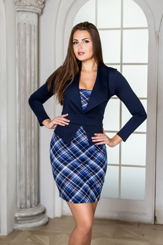 ПлатьеПлатья<br>Платье из плотного трикотажного полотна. Выполнено в комбинации двух расцветок, имитирующих платье-костюм.  Длинный втачной рукав. Широкий отложной воротник и баска острой формы, широкий втачной пояс придают модели строгости.  Прекрасный вариант как для офиса, так и на каждый день.  В изделии использованы цвета: синий, голубой и др.  Рост девушки-фотомодели 176 см<br><br>По длине: До колена<br>По материалу: Тканевые<br>По образу: Город,Офис<br>По рисунку: С принтом,Цветные,В клетку<br>По силуэту: Приталенные<br>По стилю: Офисный стиль,Повседневный стиль<br>По форме: Платье - футляр<br>По элементам: С баской<br>Рукав: Длинный рукав<br>По сезону: Осень,Весна,Зима<br>Размер : 42,44,46,48,52<br>Материал: Костюмная ткань<br>Количество в наличии: 11