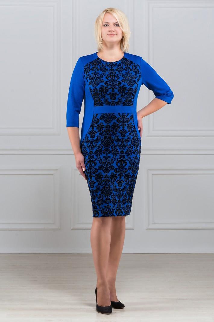 ПлатьеПлатья<br>Элегантное платье построенное на сочетании двух контрастных цветов, ассиметричном рисунке и тканей с принтом. Контрастные вставки из принтованной ткани спереди по силуэту визуально подчеркивают стройность фигуры. Вариант для офиса и праздника. Вырез горловины круглый. Рукав 3/4. Ткань характеризуется эластичностью, растяжимостью и мягкостью. Плотность ткани 280 гр/м2  Длина платья 98 - 100 см.  В изделии использованы цвета: синий, черный  Рост девушки-фотомодели 173 см<br><br>Горловина: С- горловина<br>По длине: Ниже колена<br>По материалу: Вискоза,Трикотаж<br>По рисунку: С принтом,Цветные<br>По силуэту: Приталенные<br>По стилю: Повседневный стиль<br>По форме: Платье - футляр<br>Рукав: Рукав три четверти<br>По сезону: Осень,Весна,Зима<br>Размер : 50,52,54,56,58,60<br>Материал: Трикотаж<br>Количество в наличии: 9