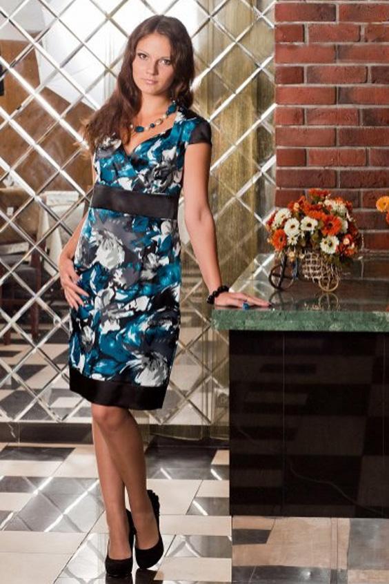 ПлатьеПлатья<br>Платье-фуляр из атласа, лив на запах подчеркнет любую грудь. Подрезы выполнены из отделочной ткани. Платье хорошо держит форму, но плохо тянется.  Длина изделия до 48 размера - 102 см., после 50 размера - 107 см.   Цвет: черный, серый, синий<br><br>Горловина: V- горловина,Запах,Фигурная горловина<br>По длине: До колена<br>По материалу: Атлас<br>По рисунку: Растительные мотивы,С принтом,Цветные,Цветочные<br>По сезону: Весна,Зима,Лето,Осень,Всесезон<br>По силуэту: Полуприталенные<br>По стилю: Нарядный стиль,Повседневный стиль<br>По форме: Платье - футляр<br>Рукав: Короткий рукав<br>Размер : 48,50,52<br>Материал: Атлас<br>Количество в наличии: 4