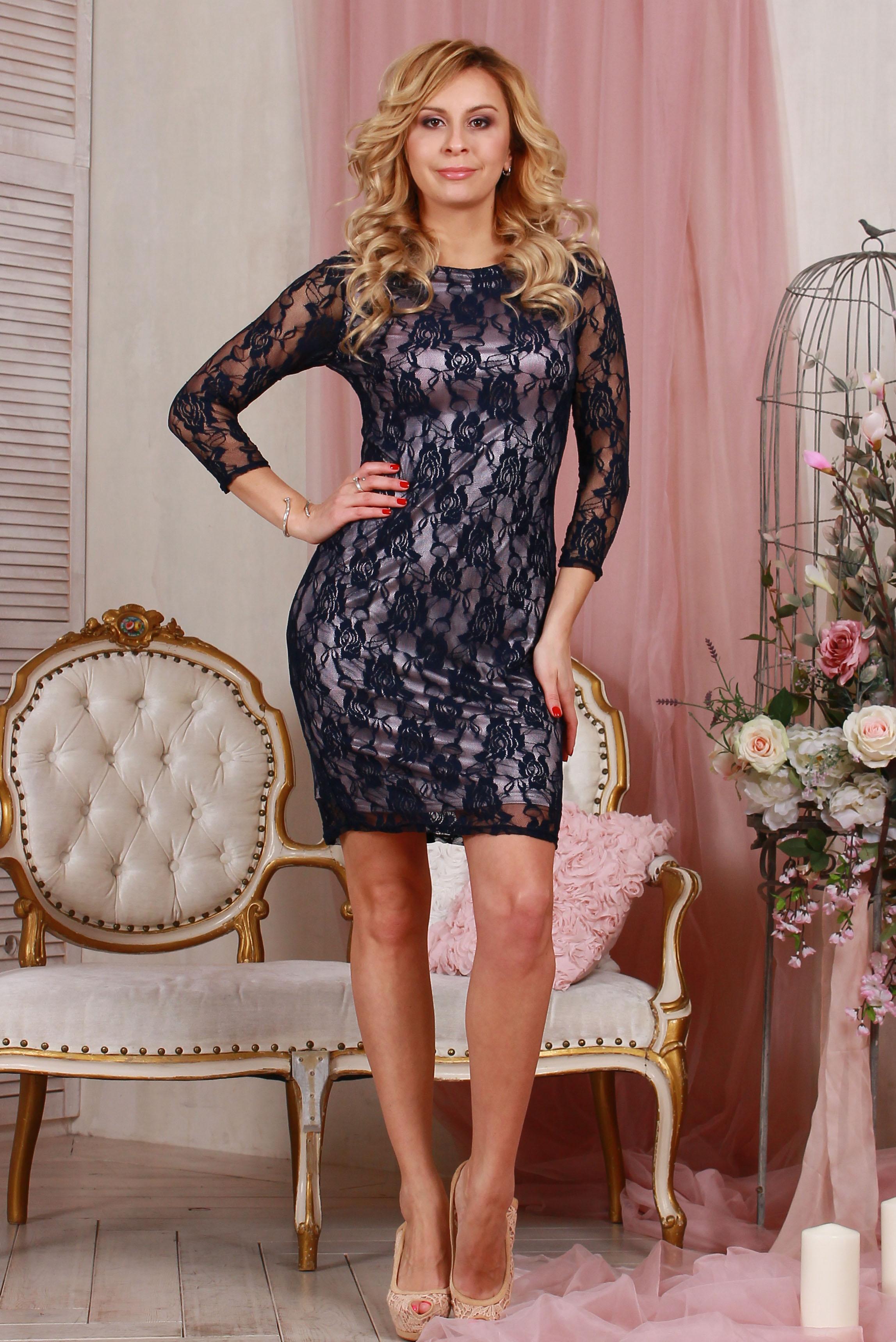 ПлатьеПлатья<br>Элегантное платье из гипюра на подкладке прилегающего силуэта, рукав втачной, 3/4.   Длина изделия от 91 см до 103 см , в зависимости от размера  Цвет: синий, розовый  Рост девушки-фотомодели 175 см<br><br>Горловина: С- горловина<br>По длине: До колена<br>По материалу: Вискоза,Гипюр,Трикотаж<br>По рисунку: Фактурный рисунок,Цветные<br>По сезону: Весна,Зима,Лето,Осень,Всесезон<br>По силуэту: Приталенные<br>По стилю: Нарядный стиль,Вечерний стиль<br>По форме: Платье - футляр<br>Рукав: Рукав три четверти<br>По элементам: С подкладом<br>Размер : 42,44,48<br>Материал: Холодное масло + Гипюр<br>Количество в наличии: 3