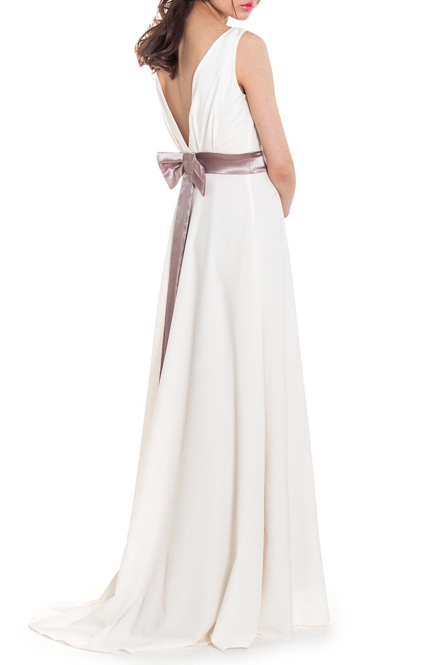 ПлатьеПлатья<br>Длинное вечернее платье – это обязательный атрибут для праздничного вечера, бала или светского раута, на котором нужно выглядеть безупречно. Поэтому такой наряд шьётся из дорогой ткани, имеет классический покрой и отличается благородной цветовой палитрой.  Платье на подкладе, со шлейфом. Приталенный силуэт с втачным поясом чуть выше линии талии. На спинке глубокий вырез и бант, втаченный в пояс. Лиф переда и спинки обтачен подкладом.  Цвет: белый.  Рост девушки-фотомодели 169 см  Длина изделия (от лямки до конца шлейфа) - 168 ± 2 см Длина изделия (от талии до низа по боковому шву) - 113 ± 2 см Длина изделия (от талии до конца шлейфа по спинке) - 128 ± 2 см<br><br>Горловина: V- горловина,Лодочка,С- горловина<br>По длине: Макси<br>По материалу: Тканевые<br>По образу: Выход в свет<br>По рисунку: Однотонные<br>По сезону: Весна,Зима,Лето,Осень,Всесезон<br>По силуэту: Полуприталенные,Приталенные<br>По стилю: Греческий стиль,Нарядный стиль,Романтический стиль<br>По элементам: С декором,С молнией,С открытой спиной,С подкладом,Со шлейфом<br>Рукав: Без рукавов<br>По форме: Платье - трапеция<br>Размер : 46<br>Материал: Плательно-блузочная ткань<br>Количество в наличии: 3