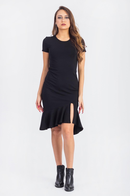 ПлатьеПлатья<br>Утонченное, стильное платье из приятной к телу вискозы станет основой Вашего повседневного гардероба.  Платье полуприлегающего силуэта с асимметричным воланом по низу. На спинке средний шов. Горловина окантована. Рукав втачной, короткий.  Цвет: черный.  Длина рукава - 15 ± 1 см  Рост девушки-фотомодели 173 см  Длина изделия - 100 ± 2 см<br><br>Горловина: С- горловина<br>По длине: До колена<br>По материалу: Вискоза,Трикотаж<br>По рисунку: Однотонные<br>По силуэту: Полуприталенные<br>По стилю: Кэжуал,Летний стиль,Молодежный стиль,Повседневный стиль,Ультрамодный стиль<br>По элементам: С воланами и рюшами,С декором,С фигурным низом,С разрезом<br>Рукав: Короткий рукав<br>По сезону: Лето,Осень,Весна<br>По форме: Платье - годе<br>Размер : 42,44,46,48,50<br>Материал: Вискоза<br>Количество в наличии: 24
