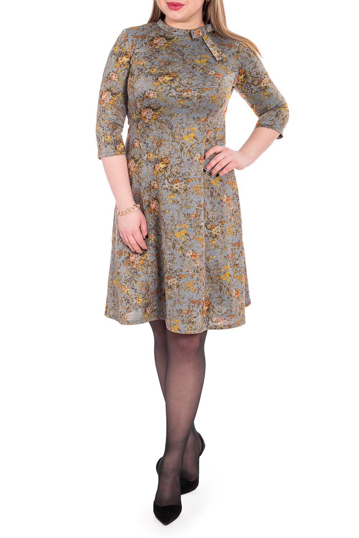 ПлатьеПлатья<br>Элегантное и женственное платье, которое подойдет любому типу фигуры, выполненное из приятного телу трикотажа.  Платье приталенного силуэта с рельефами на переде. На спинке средний шов и молния. Воротник стойка с декоративным бантом. Рукав втачной, 3/4.  В изделии использованы цвета: серый, желто-оранжевый.  Длина рукава - 44 ± 1 см  Рост девушки-фотомодели 170 см  Длина изделия - 105 ± 2 см<br><br>Воротник: Стойка<br>По длине: До колена<br>По материалу: Трикотаж<br>По образу: Город,Свидание<br>По рисунку: Растительные мотивы,С принтом,Цветные,Цветочные<br>По силуэту: Приталенные<br>По стилю: Кэжуал,Повседневный стиль<br>По форме: Платье - трапеция<br>По элементам: С воротником,С молнией<br>Рукав: Рукав три четверти<br>По сезону: Осень,Весна<br>Размер : 54,56,58<br>Материал: Трикотаж<br>Количество в наличии: 3