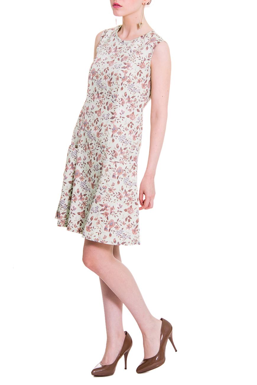 ПлатьеПлатья<br>Платье с заниженной талией позволяет создавать изысканный образ с оттенком модного стиля ретро. Сегодня, платья силуэта трапеция с заниженной талией, возвращаются на подиумы, а заодно и в гардеробы современных модниц.  Платье силуэта трапеция с рельефами и карманами на передней части изделия. На спинке средний шов с молнией и отрезные детали. Горловина, проймы и вход в карман окантованы. Цвет: на светло-зеленом фоне коричнево-бежевые цветы.  Рост девушки-фотомодели 168 см  Длина изделия - 87 ± 2 см<br><br>Горловина: С- горловина<br>По длине: До колена<br>По материалу: Тканевые,Хлопок<br>По образу: Город,Свидание<br>По рисунку: Растительные мотивы,С принтом,Цветные,Цветочные<br>По сезону: Лето<br>По силуэту: Полуприталенные<br>По стилю: Винтаж,Летний стиль,Молодежный стиль,Повседневный стиль,Романтический стиль<br>По элементам: С декором,С заниженной талией,С карманами,С молнией<br>Рукав: Без рукавов<br>Размер : 42,44,46,48,50,52<br>Материал: Костюмно-плательная ткань<br>Количество в наличии: 4