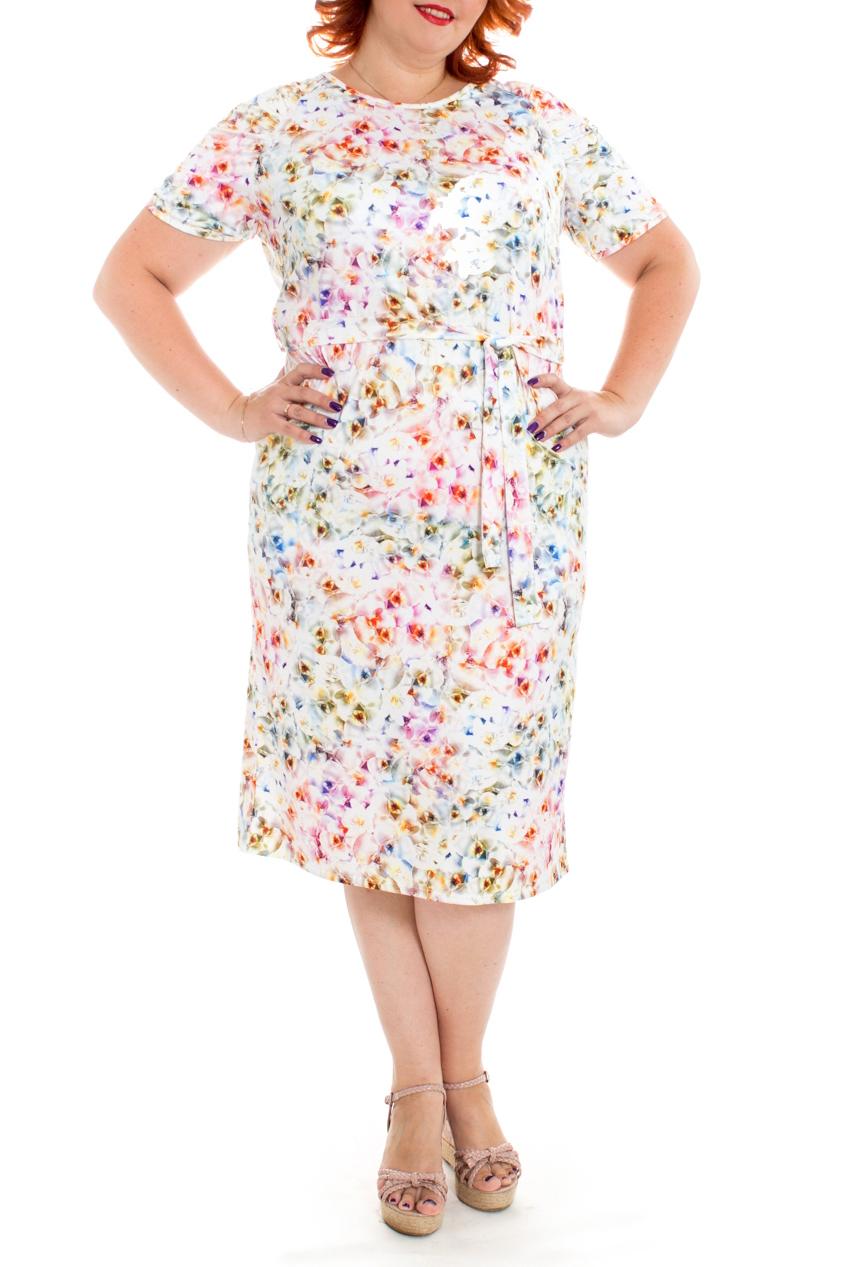 ПлатьеПлатья<br>Женственное платье из струящегося трикотажа станет изумительным вариантом повседневного или выходного наряда. Цветочный принт украсит любую леди. Изумительно садясь по фигуре, это платье маскирует ее проблемные зоны.  Платье прямого силуэта со съемным поясом. На спинке средний шов и шлица. Горловина окантована. Рукав реглан, короткий, со сборкой по окату.  Цвет: на белом фоне цветочный принт.  Длина рукава (от конечной плечевой точки) - 21 ± 1 см  Рост девушки-фотомодели 176 см  Длина изделия - 112 ± 2 см<br><br>Горловина: С- горловина<br>По длине: Ниже колена<br>По материалу: Трикотаж<br>По рисунку: Растительные мотивы,С принтом,Цветные,Цветочные<br>По силуэту: Полуприталенные,Прямые<br>По стилю: Летний стиль,Повседневный стиль,Романтический стиль<br>По форме: Платье - футляр<br>По элементам: С декором,С разрезом<br>Разрез: Шлица<br>Рукав: Короткий рукав<br>По сезону: Лето<br>Размер : 58,60,64<br>Материал: Трикотаж<br>Количество в наличии: 7