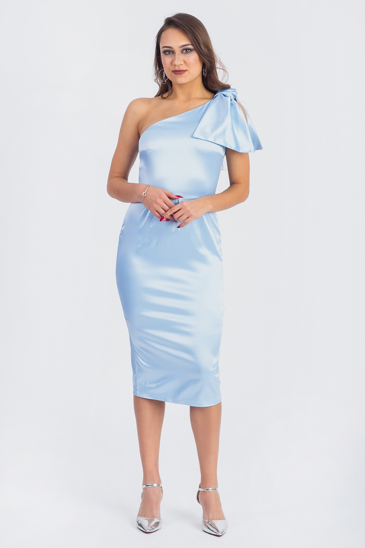 ПлатьеПлатья<br>Шикарное нарядное платье идеально подходит как для романтичных встреч, так и для торжественных мероприятий. Изделие выполнено из струящегося атласного материала, который прекрасно садится по любой фигуре. Стильный бант на плече придаст Вашему силуэту ещё больше стройности и элегантности  Платье приталенного силуэта, отрезное по линии талии и одним открытым плечом. На передней части юбки встречные складки. На спинке лифа талиевые выточки, на юбке средний шов со шлицей и встречные складки. Молния в боковом шве. Верхний срез платья обработан обтачками. Бант съемный.  Цвет: голубой.  Рост девушки-фотомодели 164 см  Длина изделия - 104 ± 2 см<br><br>Горловина: Фигурная горловина<br>По длине: Ниже колена<br>По материалу: Атлас<br>По рисунку: Однотонные<br>По сезону: Весна,Зима,Лето,Осень,Всесезон<br>По силуэту: Приталенные<br>По стилю: Молодежный стиль,Нарядный стиль,Романтический стиль,Ультрамодный стиль,Вечерний стиль,Летний стиль<br>По форме: Платье - карандаш,Платье - футляр<br>По элементам: С декором,С молнией,Со складками<br>Разрез: Шлица<br>Рукав: Без рукавов<br>Размер : 42,44,50,52<br>Материал: Атлас<br>Количество в наличии: 7