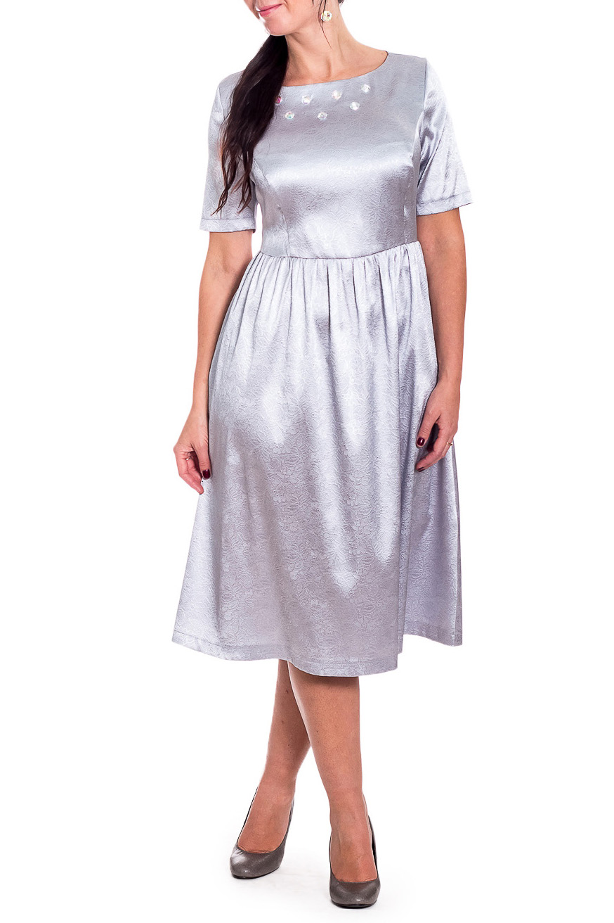 ПлатьеПлатья<br>Повседневно-нарядное платье прекрасно подойдет как для праздника, так и для романтичной встречи. В наших платьях Вы будете выглядеть очаровательно на протяжении всего дня.  Платье приталенного силуэта, отрезное по линии талии со сборкой. На передней части лифа рельефы и декор из страз. На спинке средний шов с молнией. Горловина обработана обтачкой. Рукав втачной, короткий.  Цвет: серебряный.  Длина рукава (от конечной плечевой точки) - 27 ± 1 см  Рост девушки-фотомодели 170 см  Длина изделия - 106 ± 2 см<br><br>Горловина: Лодочка<br>По длине: Ниже колена<br>По материалу: Тканевые<br>По рисунку: Однотонные<br>По сезону: Весна,Зима,Лето,Осень,Всесезон<br>По силуэту: Полуприталенные,Приталенные<br>По стилю: Нарядный стиль,Повседневный стиль<br>По форме: Платье - трапеция<br>По элементам: С декором,С молнией,С отделочной фурнитурой,Со складками<br>Рукав: Короткий рукав<br>Размер : 48,50,52,54,56,58<br>Материал: Плательная ткань<br>Количество в наличии: 31