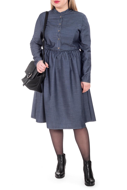 ПлатьеПлатья<br>Гармоничное платье от наших дизайнеров - универсальный предмет в вашем гардеробе Изготовленная по эксклюзивному крою, модель способна внести мягкость и расслабленность в повседневный стиль. А благодаря эластичной ткани уютно укрыть от прохладной погоды.  Платье приталенного силуэта, отрезное по линии талии с резинкой. Юбка со сборкой. На передней части лифа центральная застежка на пуговицы и рельефы. На спинке средний шов и талиевые вытачки. Воротник стойка. Рукав втачной, длинный.  Цвет: джинсовый синий.  Длина рукава (от конечной плечевой точки) - 61 ± 1 см  Рост девушки-фотомодели 170 см  Длина изделия - 108 ± 2 см<br><br>Воротник: Стойка<br>По длине: Ниже колена<br>По материалу: Тканевые<br>По рисунку: Однотонные<br>По силуэту: Полуприталенные,Приталенные<br>По стилю: Классический стиль,Кэжуал,Офисный стиль,Повседневный стиль<br>По форме: Платье - трапеция<br>По элементам: С воротником,С декором,С отделочной фурнитурой,Со складками<br>Рукав: Длинный рукав<br>По сезону: Осень,Весна<br>Размер : 48,50<br>Материал: Плательная ткань<br>Количество в наличии: 9