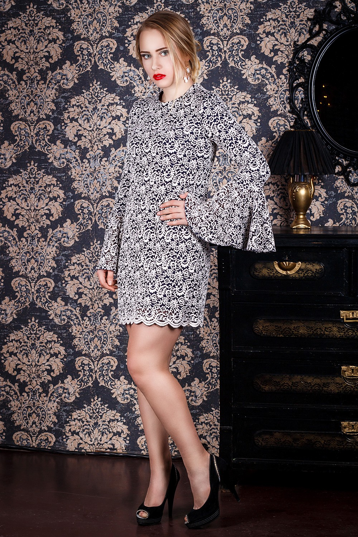 ПлатьеПлатья<br>Нарядное платье – особенная деталь в гардеробе любой женщины. Наряд для торжественного случая должен быть идеальным. Каждое вечернее платье – это произведение искусства, в котором наиболее полно и ярко проявляется дизайнерская фантазия. В правильно подобранном платье женщина чувствует себя настоящей королевой.  Платье силуэта трапеция на подкладе. На спинке средний шов с молнией. Рукав втачной, длинный, с широким воланом по низу.  Цвет: на темно-синем фоне бело-бежевый цветочный принт.  Длина рукава - 61 ± 1 см  Рост девушки-фотомодели 167 см  Длина изделия: 42 размер - 85 ± 2 см 44 размер - 85 ± 2 см 46 размер - 85 ± 2 см 48 размер - 88 ± 2 см 50 размер - 88 ± 2 см 52 размер - 88 ± 2 см<br><br>Горловина: С- горловина<br>По длине: До колена,Мини<br>По материалу: Гипюр<br>По образу: Выход в свет,Свидание<br>По рисунку: Растительные мотивы,С принтом,Фактурный рисунок,Цветные,Цветочные<br>По сезону: Весна,Всесезон,Зима,Осень<br>По силуэту: Приталенные<br>По стилю: Молодежный стиль,Нарядный стиль,Романтический стиль,Ультрамодный стиль<br>По форме: Платье - трапеция<br>По элементам: С воланами и рюшами,С декором,С манжетами,С молнией,С подкладом,С фигурным низом<br>Рукав: Длинный рукав<br>Размер : 42,44,46,48,50,52<br>Материал: Гипюр<br>Количество в наличии: 1