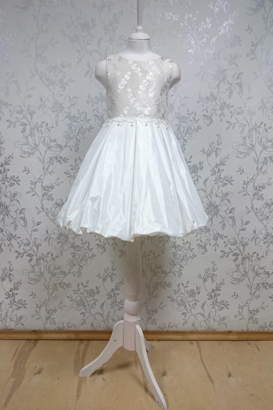 ПлатьеПлатья<br>Leli-Bambine - дизайн студия нарядной одежды для девочек.   Нарядное платье для маленькой леди. Лиф выполнен из жаккарда с серебряным блеском, юбка-баллон из тафты, пояс декорирован макраме с жемчугом. Подклад из 100% хлопка.  В изделии использованы цвета: молочный, белый  Размер 74 соответствует росту 70-73 см Размер 80 соответствует росту 74-80 см Размер 86 соответствует росту 81-86 см Размер 92 соответствует росту 87-92 см Размер 98 соответствует росту 93-98 см Размер 104 соответствует росту 98-104 см Размер 110 соответствует росту 105-110 см Размер 116 соответствует росту 111-116 см Размер 122 соответствует росту 117-122 см Размер 128 соответствует росту 123-128 см Размер 134 соответствует росту 129-134 см Размер 140 соответствует росту 135-140 см<br><br>Горловина: С- горловина<br>По возрасту: Ясельные ( от 1 до 3 лет)<br>По длине: Миди<br>По материалу: Тканевые<br>По образу: Выпускной,Торжество<br>По рисунку: Однотонные<br>По сезону: Весна,Зима,Лето,Осень,Всесезон<br>По силуэту: Приталенные<br>По стилю: На выпускной,Нарядные,Романтические<br>По форме: Трапеция<br>По элементам: Без рукавов,С декором<br>Размер : 104,92<br>Материал: Тафта<br>Количество в наличии: 2