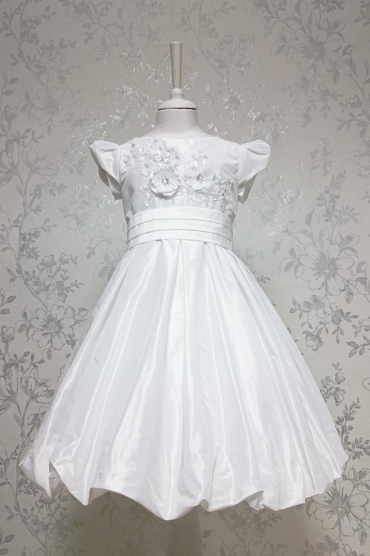 ПлатьеПлатья<br>Leli-Bambine - дизайн студия нарядной одежды для девочек.   Нарядное платье для маленькой леди. Платье выполнено из скульптурной тафты с декоративными цветами на лифе. Подклад 100% хлопок.  В изделии использованы цвета:  белый  Размер 74 соответствует росту 70-73 см Размер 80 соответствует росту 74-80 см Размер 86 соответствует росту 81-86 см Размер 92 соответствует росту 87-92 см Размер 98 соответствует росту 93-98 см Размер 104 соответствует росту 98-104 см Размер 110 соответствует росту 105-110 см Размер 116 соответствует росту 111-116 см Размер 122 соответствует росту 117-122 см Размер 128 соответствует росту 123-128 см Размер 134 соответствует росту 129-134 см Размер 140 соответствует росту 135-140 см<br><br>Горловина: С- горловина<br>По возрасту: Дошкольные ( от 3 до 7 лет)<br>По длине: Миди<br>По материалу: Тканевые<br>По образу: Выпускной,Торжество<br>По рисунку: Однотонные<br>По сезону: Весна,Зима,Лето,Осень,Всесезон<br>По силуэту: Приталенные<br>По стилю: На выпускной,Нарядные,Романтические<br>По форме: Трапеция<br>По элементам: С декором<br>Рукав: Короткий рукав<br>Размер : 116<br>Материал: Тафта<br>Количество в наличии: 1