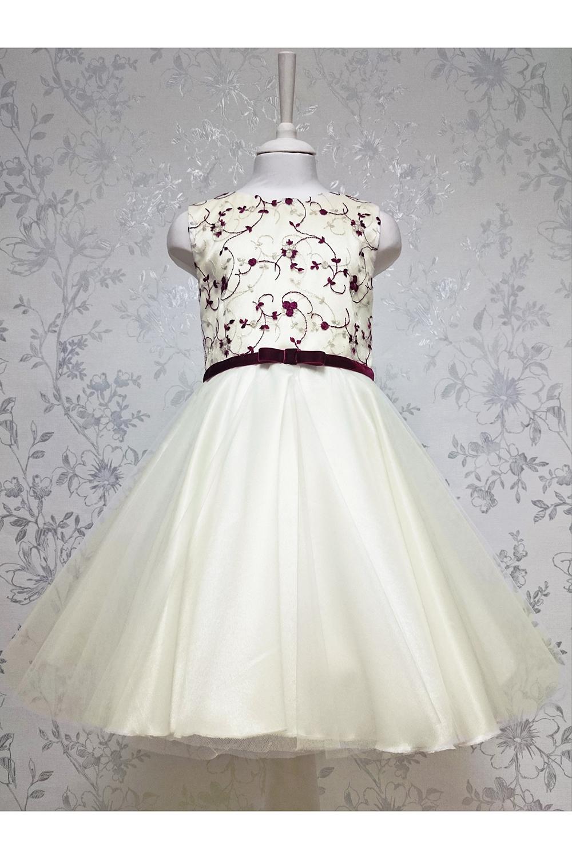 ПлатьеПлатья<br>Leli-Bambine - дизайн студия нарядной одежды для девочек.   Нарядное платье для маленькой леди. Юбка-солнце выполнена из двухслойного фатина, лиф из молочно-бордового кружева. Подклад 100% хлопок. Застежка - потайная молния.  В изделии использованы цвета:  молочный, бордовый  Размер 74 соответствует росту 70-73 см Размер 80 соответствует росту 74-80 см Размер 86 соответствует росту 81-86 см Размер 92 соответствует росту 87-92 см Размер 98 соответствует росту 93-98 см Размер 104 соответствует росту 98-104 см Размер 110 соответствует росту 105-110 см Размер 116 соответствует росту 111-116 см Размер 122 соответствует росту 117-122 см Размер 128 соответствует росту 123-128 см Размер 134 соответствует росту 129-134 см Размер 140 соответствует росту 135-140 см<br><br>Горловина: С- горловина<br>По возрасту: Дошкольные ( от 3 до 7 лет)<br>По длине: Миди<br>По материалу: Тканевые<br>По образу: Выпускной,Торжество<br>По рисунку: С принтом (печатью),Цветные<br>По сезону: Весна,Зима,Лето,Осень,Всесезон<br>По силуэту: Приталенные<br>По стилю: На выпускной,Нарядные,Романтические<br>По форме: Трапеция<br>По элементам: Без рукавов,С декором<br>Размер : 116<br>Материал: Гипюровая сетка<br>Количество в наличии: 1