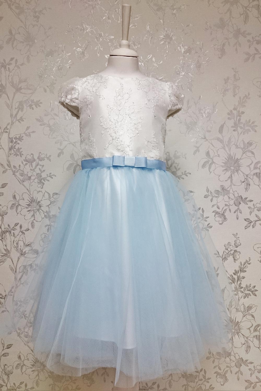 ПлатьеПлатья<br>Leli-Bambine - дизайн студия нарядной одежды для девочек.   Нарядное платье для маленькой леди. Юбка-солнце выполнена из двухслойного тюля, лиф из тончайшего кружева шантильи с серебряной нитью. Подклад 100% хлопок. Застежка - потайная молния.  В изделии использованы цвета:  белый, голубой  Размер 74 соответствует росту 70-73 см Размер 80 соответствует росту 74-80 см Размер 86 соответствует росту 81-86 см Размер 92 соответствует росту 87-92 см Размер 98 соответствует росту 93-98 см Размер 104 соответствует росту 98-104 см Размер 110 соответствует росту 105-110 см Размер 116 соответствует росту 111-116 см Размер 122 соответствует росту 117-122 см Размер 128 соответствует росту 123-128 см Размер 134 соответствует росту 129-134 см Размер 140 соответствует росту 135-140 см<br><br>Горловина: С- горловина<br>По возрасту: Дошкольные ( от 3 до 7 лет)<br>По длине: Миди<br>По материалу: Тканевые<br>По образу: Выпускной,Торжество<br>По рисунку: Цветные<br>По сезону: Весна,Зима,Лето,Осень,Всесезон<br>По силуэту: Приталенные<br>По стилю: На выпускной,Нарядные,Романтические<br>По форме: Трапеция<br>По элементам: С декором<br>Рукав: Короткий рукав<br>Размер : 116<br>Материал: Атлас + Гипюровая сетка<br>Количество в наличии: 1