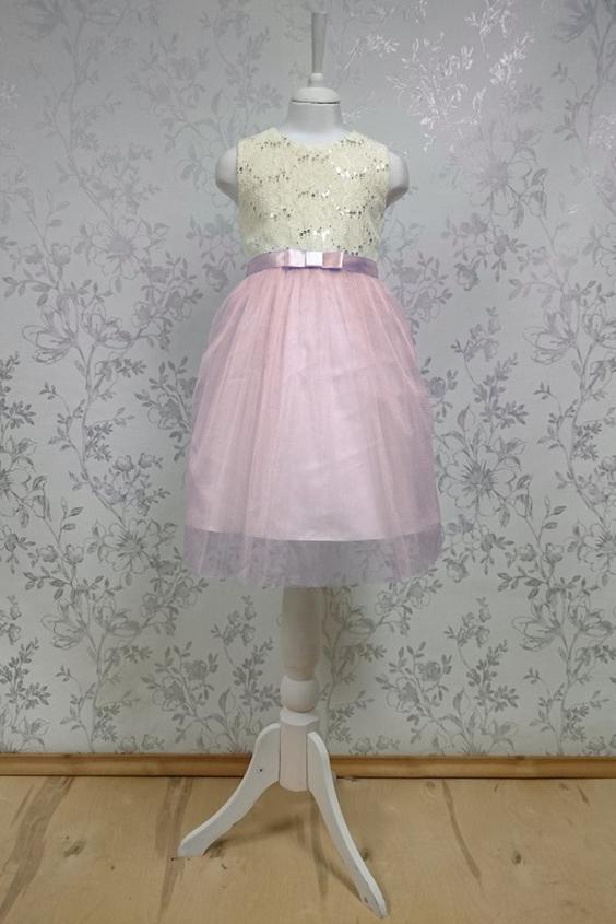 ПлатьеПлатья<br>Leli-Bambine - дизайн студия нарядной одежды для девочек.   Нарядное платье для маленькой леди. Юбка выполнена из тюля, лиф из кружева с пайетками. Подклад 100% хлопок.  В изделии использованы цвета:  белый, розовый  Размер 74 соответствует росту 70-73 см Размер 80 соответствует росту 74-80 см Размер 86 соответствует росту 81-86 см Размер 92 соответствует росту 87-92 см Размер 98 соответствует росту 93-98 см Размер 104 соответствует росту 98-104 см Размер 110 соответствует росту 105-110 см Размер 116 соответствует росту 111-116 см Размер 122 соответствует росту 117-122 см Размер 128 соответствует росту 123-128 см Размер 134 соответствует росту 129-134 см Размер 140 соответствует росту 135-140 см<br><br>Горловина: С- горловина<br>По возрасту: Дошкольные ( от 3 до 7 лет),Школьные ( от 7 до 13 лет)<br>По длине: Миди<br>По материалу: Тканевые<br>По образу: Выпускной,Торжество<br>По рисунку: Цветные<br>По сезону: Весна,Зима,Лето,Осень,Всесезон<br>По силуэту: Приталенные<br>По стилю: На выпускной,Нарядные,Романтические<br>По форме: Трапеция<br>По элементам: Без рукавов,С декором<br>Размер : 116,128<br>Материал: Гипюровая сетка<br>Количество в наличии: 3