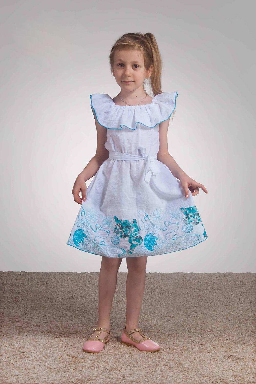 ПлатьеПлатья<br>Платье-воланчик из хлопка с вышивкой по подолу. Одна из вариаций модного платья. В данной модели по линии талии вшита мягкая резинка. Платье без лент на плечах.Платье без пояса.В изделии использованы цвета: белый, голубойРазмер 74 соответствует росту 70-73 смРазмер 80 соответствует росту 74-80 смРазмер 86 соответствует росту 81-86 смРазмер 92 соответствует росту 87-92 смРазмер 98 соответствует росту 93-98 смРазмер 104 соответствует росту 98-104 смРазмер 110 соответствует росту 105-110 смРазмер 116 соответствует росту 111-116 смРазмер 122 соответствует росту 117-122 смРазмер 128 соответствует росту 123-128 смРазмер 134 соответствует росту 129-134 смРазмер 140 соответствует росту 135-140 смРазмер 146 соответствует росту 141-146 смРазмер 152 соответствует росту 147-152 смРазмер 158 соответствует росту 153-158 смРазмер 164 соответствует росту 159-164 смРазмер 170 соответствует росту 165-170 см<br><br>Горловина: С- горловина<br>Возраст: Ясельные ( от 1 до 3 лет),Дошкольные ( от 3 до 7 лет)<br>Длина: Миди<br>Материал: Хлопковые<br>Образ: Повседневные,Торжество<br>Рисунок: Вышивка,С принтом (печатью),Цветные<br>Сезон: Лето<br>Силуэт: Приталенные<br>Стиль: Летние,Нарядные,Повседневные<br>Форма: Трапеция<br>Элементы: Без рукавов,С воланами,С декором<br>Размер : 104,122,98<br>Материал: Хлопок<br>Количество в наличии: 5
