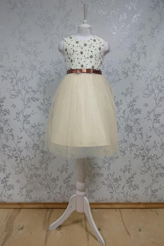 ПлатьеПлатья<br>Leli-Bambine - дизайн студия нарядной одежды для девочек.   Нарядное платье для маленькой леди. Лиф выполнен из молочного кружева с коричневой вышивкой, юбка из тюля. Подклад 100% хлопок.  В изделии использованы цвета:  молочный, коричневый  Размер 74 соответствует росту 70-73 см Размер 80 соответствует росту 74-80 см Размер 86 соответствует росту 81-86 см Размер 92 соответствует росту 87-92 см Размер 98 соответствует росту 93-98 см Размер 104 соответствует росту 98-104 см Размер 110 соответствует росту 105-110 см Размер 116 соответствует росту 111-116 см Размер 122 соответствует росту 117-122 см Размер 128 соответствует росту 123-128 см Размер 134 соответствует росту 129-134 см Размер 140 соответствует росту 135-140 см<br><br>Горловина: С- горловина<br>По возрасту: Школьные ( от 7 до 13 лет)<br>По длине: Миди<br>По материалу: Кружево<br>По образу: Выпускной,Торжество<br>По рисунку: С принтом (печатью),Цветные<br>По сезону: Весна,Зима,Лето,Осень,Всесезон<br>По силуэту: Приталенные<br>По стилю: На выпускной,Нарядные,Романтические<br>По форме: Трапеция<br>По элементам: Без рукавов,С декором<br>Размер : 140<br>Материал: Гипюровая сетка<br>Количество в наличии: 2