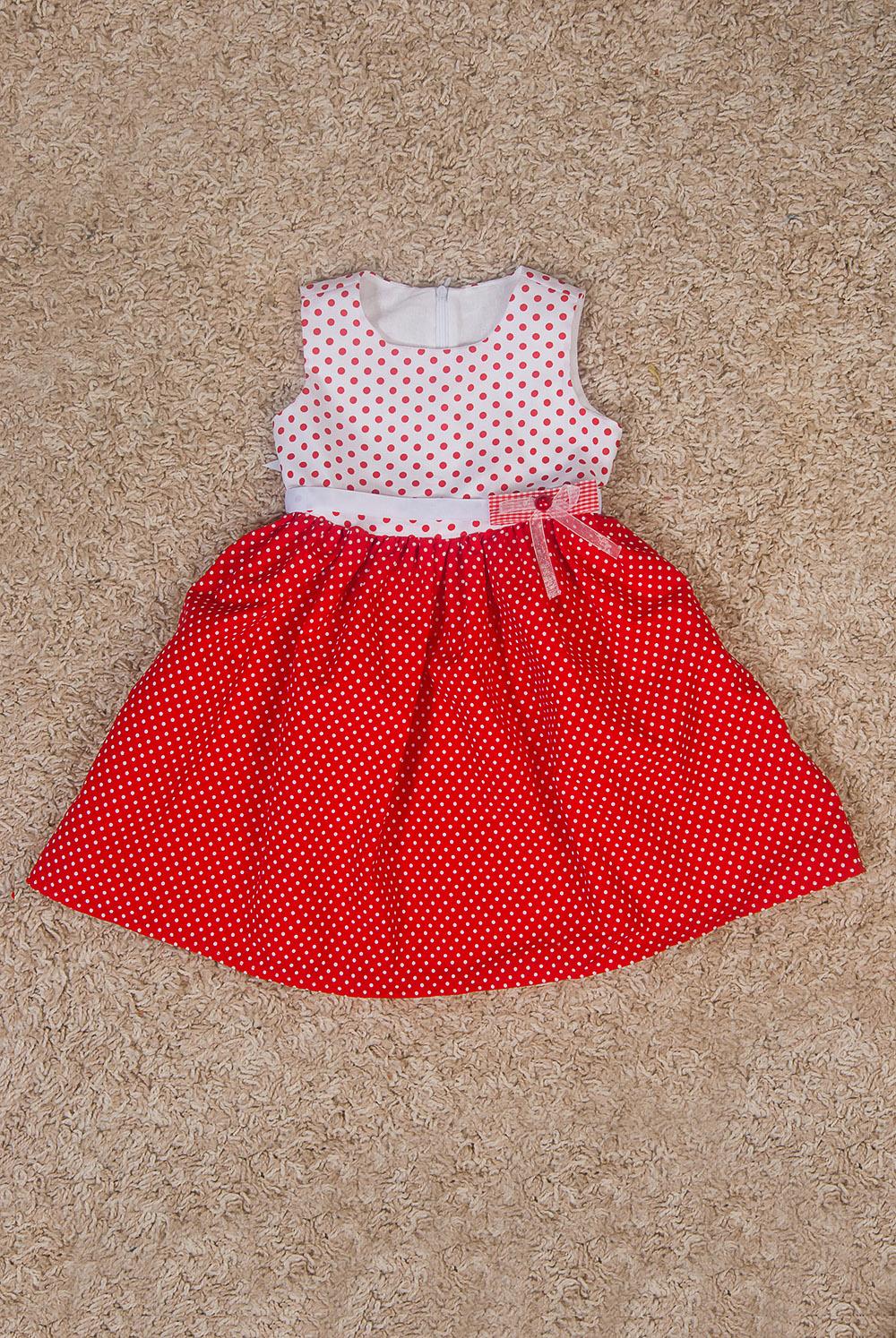 ПлатьеПлатья<br>Платье из натурального принтованного хлопка категории Люкс. Классическое платье с лифом на подкладе. Изюминка платья в сочетании цветов и разных размеров горошин. Платье без пояса.  В изделии использованы цвета: красный, белый  Размер 74 соответствует росту 70-73 см Размер 80 соответствует росту 74-80 см Размер 86 соответствует росту 81-86 см Размер 92 соответствует росту 87-92 см Размер 98 соответствует росту 93-98 см Размер 104 соответствует росту 98-104 см Размер 110 соответствует росту 105-110 см Размер 116 соответствует росту 111-116 см Размер 122 соответствует росту 117-122 см Размер 128 соответствует росту 123-128 см Размер 134 соответствует росту 129-134 см Размер 140 соответствует росту 135-140 см Размер 146 соответствует росту 141-146 см Размер 152 соответствует росту 147-152 см Размер 158 соответствует росту 153-158 см Размер 164 соответствует росту 159-164 см Размер 170 соответствует росту 165-170 см<br><br>Бретели: Широкие бретели<br>Горловина: С- горловина<br>По возрасту: Ясельные ( от 1 до 3 лет),Дошкольные ( от 3 до 7 лет)<br>По длине: Миди<br>По материалу: Хлопковые<br>По образу: Повседневные,Торжество<br>По рисунку: В горошек,С принтом (печатью),Цветные<br>По силуэту: Приталенные<br>По стилю: Летние,Нарядные,Повседневные<br>По форме: Трапеция<br>По элементам: Без рукавов,С декором<br>По сезону: Лето<br>Размер : 122,98<br>Материал: Хлопок<br>Количество в наличии: 3