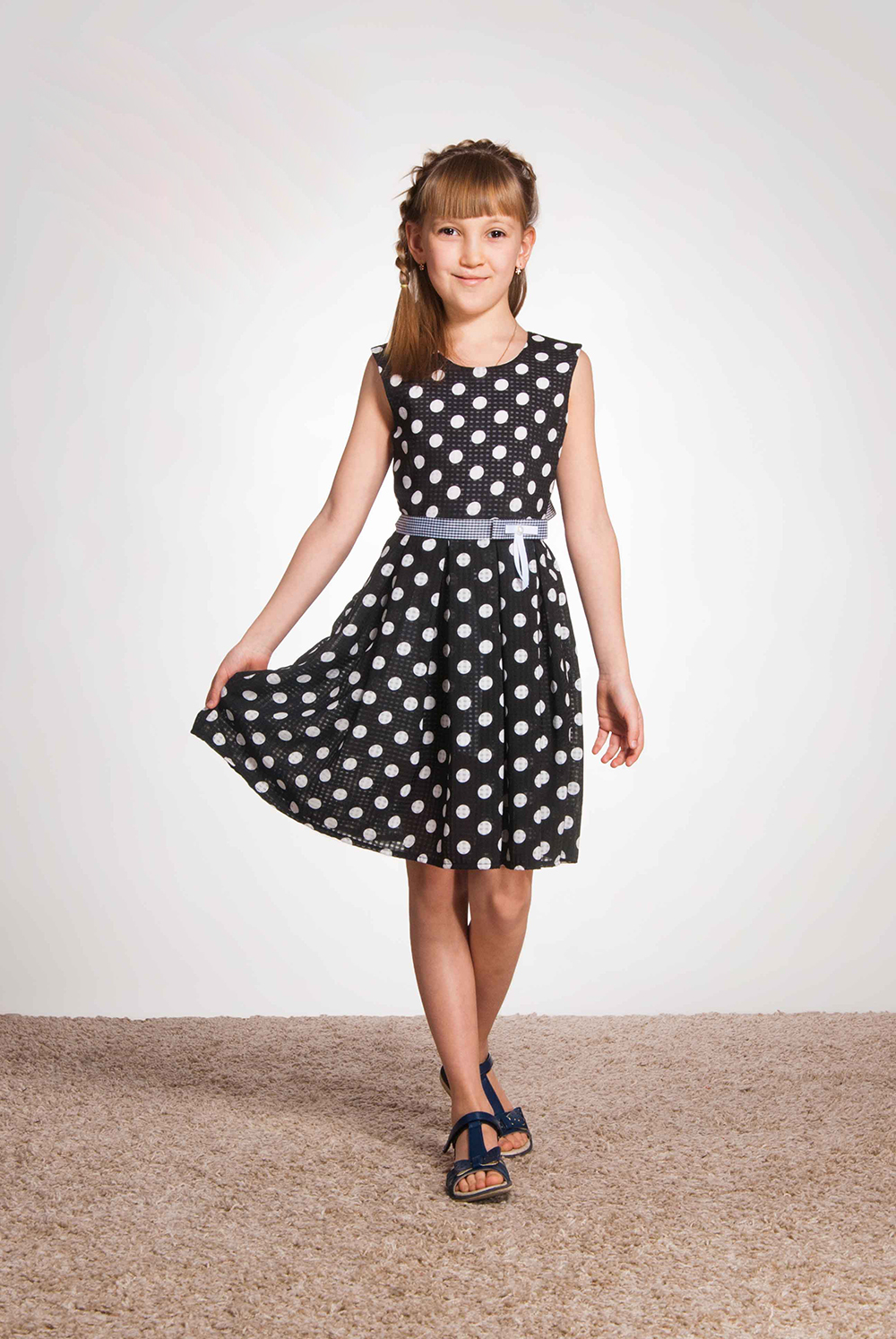 ПлатьеПлатья<br>Платье из хлопка на шифоне (фактура ткани: в хлопок по полотну идут вкрапления шифона, что делает ткань немного прозрачной) на подкладке из хлопка. Юбка со встречными складками по переду и заду.  Платье без пояса.  В изделии использованы цвета: черный, белый  Размер 74 соответствует росту 70-73 см Размер 80 соответствует росту 74-80 см Размер 86 соответствует росту 81-86 см Размер 92 соответствует росту 87-92 см Размер 98 соответствует росту 93-98 см Размер 104 соответствует росту 98-104 см Размер 110 соответствует росту 105-110 см Размер 116 соответствует росту 111-116 см Размер 122 соответствует росту 117-122 см Размер 128 соответствует росту 123-128 см Размер 134 соответствует росту 129-134 см Размер 140 соответствует росту 135-140 см Размер 146 соответствует росту 141-146 см Размер 152 соответствует росту 147-152 см Размер 158 соответствует росту 153-158 см Размер 164 соответствует росту 159-164 см Размер 170 соответствует росту 165-170 см<br><br>Горловина: С- горловина<br>По возрасту: Ясельные ( от 1 до 3 лет),Дошкольные ( от 3 до 7 лет),Школьные ( от 7 до 13 лет)<br>По длине: Миди<br>По материалу: Хлопковые<br>По образу: Повседневные,Торжество<br>По рисунку: В горошек,С принтом (печатью),Цветные<br>По силуэту: Приталенные<br>По стилю: Летние,Нарядные,Повседневные<br>По элементам: Без рукавов,С декором<br>По сезону: Лето<br>Размер : 104,116,122,140,98<br>Материал: Хлопок<br>Количество в наличии: 5