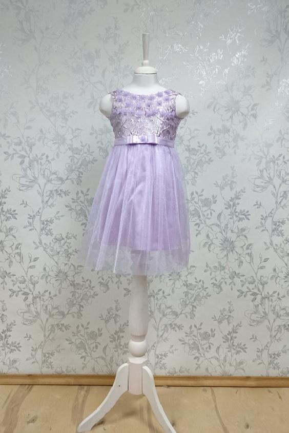 ПлатьеПлатья<br>Leli-Bambine - дизайн студия нарядной одежды для девочек.   Нарядное платье для маленькой леди. Лиф выполнен из жаккардавой парчи, юбка из тюля. Декоративный пояс с бантом. Подклад 100% хлопок.  В изделии использованы цвета:  сиреневый  Размер 74 соответствует росту 70-73 см Размер 80 соответствует росту 74-80 см Размер 86 соответствует росту 81-86 см Размер 92 соответствует росту 87-92 см Размер 98 соответствует росту 93-98 см Размер 104 соответствует росту 98-104 см Размер 110 соответствует росту 105-110 см Размер 116 соответствует росту 111-116 см Размер 122 соответствует росту 117-122 см Размер 128 соответствует росту 123-128 см Размер 134 соответствует росту 129-134 см Размер 140 соответствует росту 135-140 см<br><br>Горловина: С- горловина<br>По возрасту: Ясельные ( от 1 до 3 лет)<br>По длине: Миди<br>По материалу: Кружево<br>По образу: Выпускной,Торжество<br>По рисунку: Однотонные<br>По сезону: Весна,Зима,Лето,Осень,Всесезон<br>По силуэту: Приталенные<br>По стилю: На выпускной,Нарядные,Романтические<br>По форме: Трапеция<br>По элементам: Без рукавов,С декором<br>Размер : 104<br>Материал: Атлас + Гипюровая сетка<br>Количество в наличии: 1