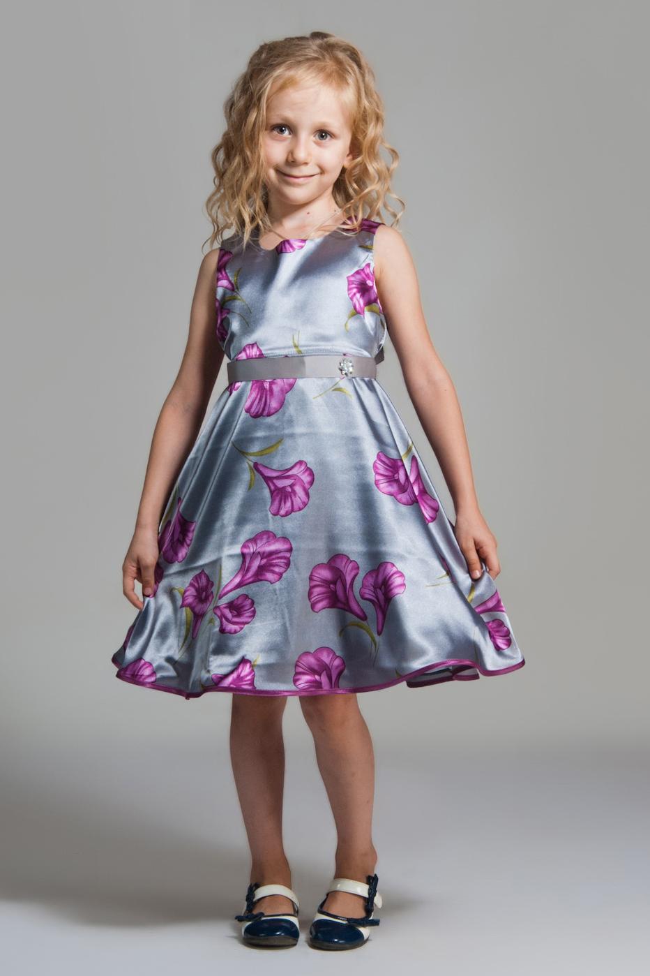 ПлатьеПлатья<br>Платье выполнено из стрейч-атласа, подклад из полиэстера, объем придает фатин, настроченный по низу подклады. Низ отстрочен контрастной атласной бейкой.  Платье без пояса.  В изделии использованы цвета: серебряный, сиреневый и др.  Размер 74 соответствует росту 70-73 см Размер 80 соответствует росту 74-80 см Размер 86 соответствует росту 81-86 см Размер 92 соответствует росту 87-92 см Размер 98 соответствует росту 93-98 см Размер 104 соответствует росту 98-104 см Размер 110 соответствует росту 105-110 см Размер 116 соответствует росту 111-116 см Размер 122 соответствует росту 117-122 см Размер 128 соответствует росту 123-128 см Размер 134 соответствует росту 129-134 см Размер 140 соответствует росту 135-140 см Размер 146 соответствует росту 141-146 см Размер 152 соответствует росту 147-152 см Размер 158 соответствует росту 153-158 см Размер 164 соответствует росту 159-164 см Размер 170 соответствует росту 165-170 см<br><br>Бретели: Широкие бретели<br>Горловина: С- горловина<br>Возраст: Ясельные ( от 1 до 3 лет),Дошкольные ( от 3 до 7 лет)<br>Длина: Миди<br>Материал: Атласные<br>Образ: Выпускной,Торжество<br>Рисунок: Растительные мотивы,С принтом (печатью),Цветные,Цветочные<br>Сезон: Весна,Всесезон,Зима,Лето,Осень<br>Силуэт: Приталенные<br>Стиль: На выпускной,Нарядные<br>Форма: Трапеция<br>Элементы: Без рукавов<br>Размер : 104,116<br>Материал: Атлас<br>Количество в наличии: 2