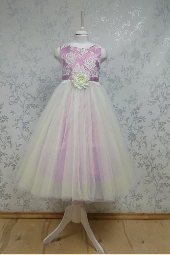 ПлатьеПлатья<br>Leli-Bambine - дизайн студия нарядной одежды для девочек.   Нарядное платье для маленькой леди. Лиф выполнен из кружева, юбка из 3-х-слойного тюля. тюля. Декоративный пояс с цветком. Подклад 100% хлопок.  В изделии использованы цвета: розовый, молочный  Размер 74 соответствует росту 70-73 см Размер 80 соответствует росту 74-80 см Размер 86 соответствует росту 81-86 см Размер 92 соответствует росту 87-92 см Размер 98 соответствует росту 93-98 см Размер 104 соответствует росту 98-104 см Размер 110 соответствует росту 105-110 см Размер 116 соответствует росту 111-116 см Размер 122 соответствует росту 117-122 см Размер 128 соответствует росту 123-128 см Размер 134 соответствует росту 129-134 см Размер 140 соответствует росту 135-140 см<br><br>Горловина: С- горловина<br>По возрасту: Школьные ( от 7 до 13 лет)<br>По длине: Макси<br>По материалу: Кружево<br>По образу: Выпускной,Торжество<br>По рисунку: Цветные<br>По сезону: Весна,Зима,Лето,Осень,Всесезон<br>По силуэту: Приталенные<br>По стилю: На выпускной,Нарядные,Романтические<br>По форме: Трапеция<br>По элементам: Без рукавов,С декором<br>Размер : 128<br>Материал: Атлас + Гипюровая сетка<br>Количество в наличии: 1