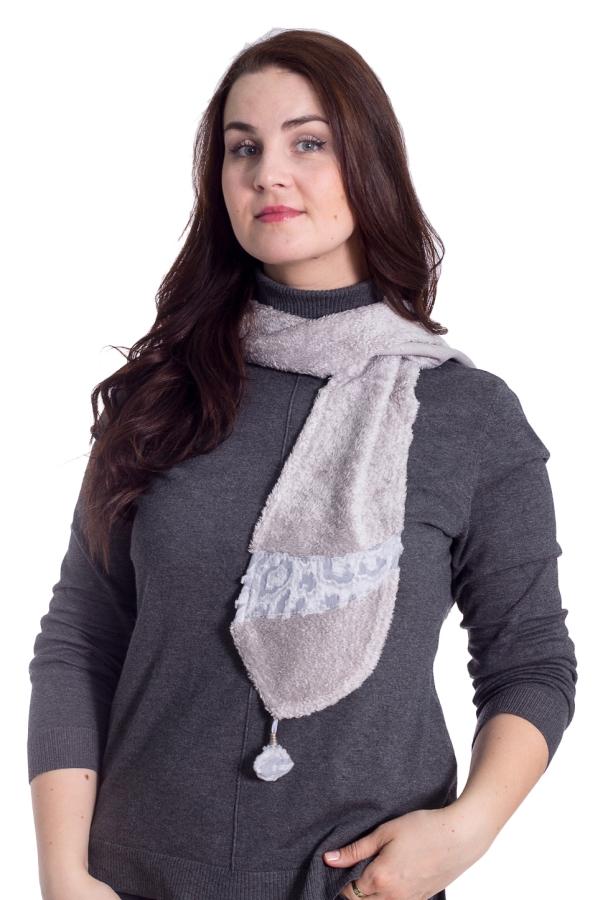 ШарфШарфы<br>Мягкий, тёплый, очень уютный, легко драпирующийся однослойный шарф с фигурными концами и помпонами на них. Ширина шарфа около 22 см., длина около 148 см.  Не стоит недооценивать такой простой по внешнему виду аксессуар, как классический шарф. Данный аксессуар уже давно занимает достойное место в гардеробах не только женщин, но и мужчин. Правильно подобранный классический шарф способен подчеркнуть индивидуальный стиль и придать облику особого шарма. Вы можете использовать шарф не только в практических целях, защищаясь от холода и непогоды, но и применять его в качестве декоративного элемента, для придания своему стилю особого тона.  Изюминка модели: шарф из материала нейтрального пастельного серовато-жемчужного оттенка актуален всегда, невзирая на изменения модных трендов.  Особенности материала, волокнистый состав: Произведённый в Испании, микромодал 100%. Это искусственное микроволокно высочайшего качества, производимое из букового дерева. По внешнему виду напоминает искусственный мех на трикотажной основе, чем, по сути, и является. Уникальность материала заключается в самих волокнах, а именно, в их высокотехнологичном изготовлении. Особым образом закрученные ворсинки меха предохраняют материал от любых воздействий: заминов, заломов, сминания, скатывания, изменения формы и цвета, обычно возникающих в результате активной эксплуатации. Шарф из предложенного материала выдерживает длительную носку и многократные стирки, сохраняя мягкость и эластичность ткани. Принцип «стирай-носи» оценят приверженцы динамичного образа жизни, а также те, кто заботится о своём здоровье, так как помимо уникальных механических свойств материал приятен при соприкосновении с кожей, не вызывает аллергии и сохраняет лучшие свойства натуральных тканей (гигроскопичность, воздухопроницаемость, влагоотведение).  Рекомендации по уходу: Ручная или деликатная машинная стирка при температуре не 35° с добавлением специальных моющих средств. После ручной стирки следует отжать остатки воды, 